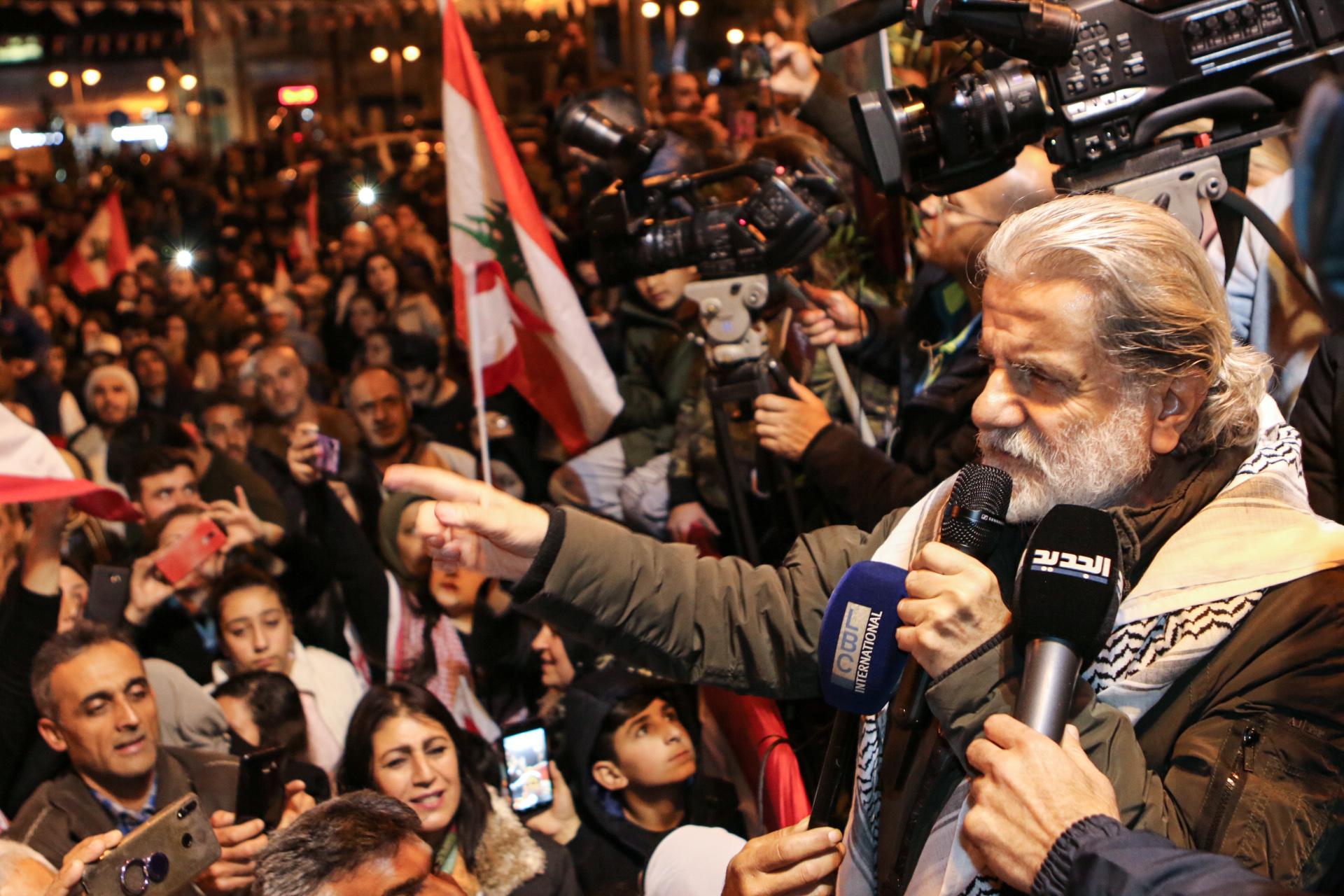 الفنان اللبناني مارسيل خليفة يخاطب جمعا من المحتجين في بيروت