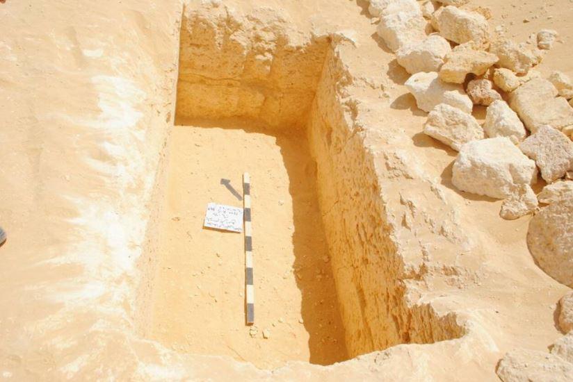 داخل إحدى المقابر الأثرية في منطقة الكمين الصحراوي جنوب غربي مدينة سمالوط