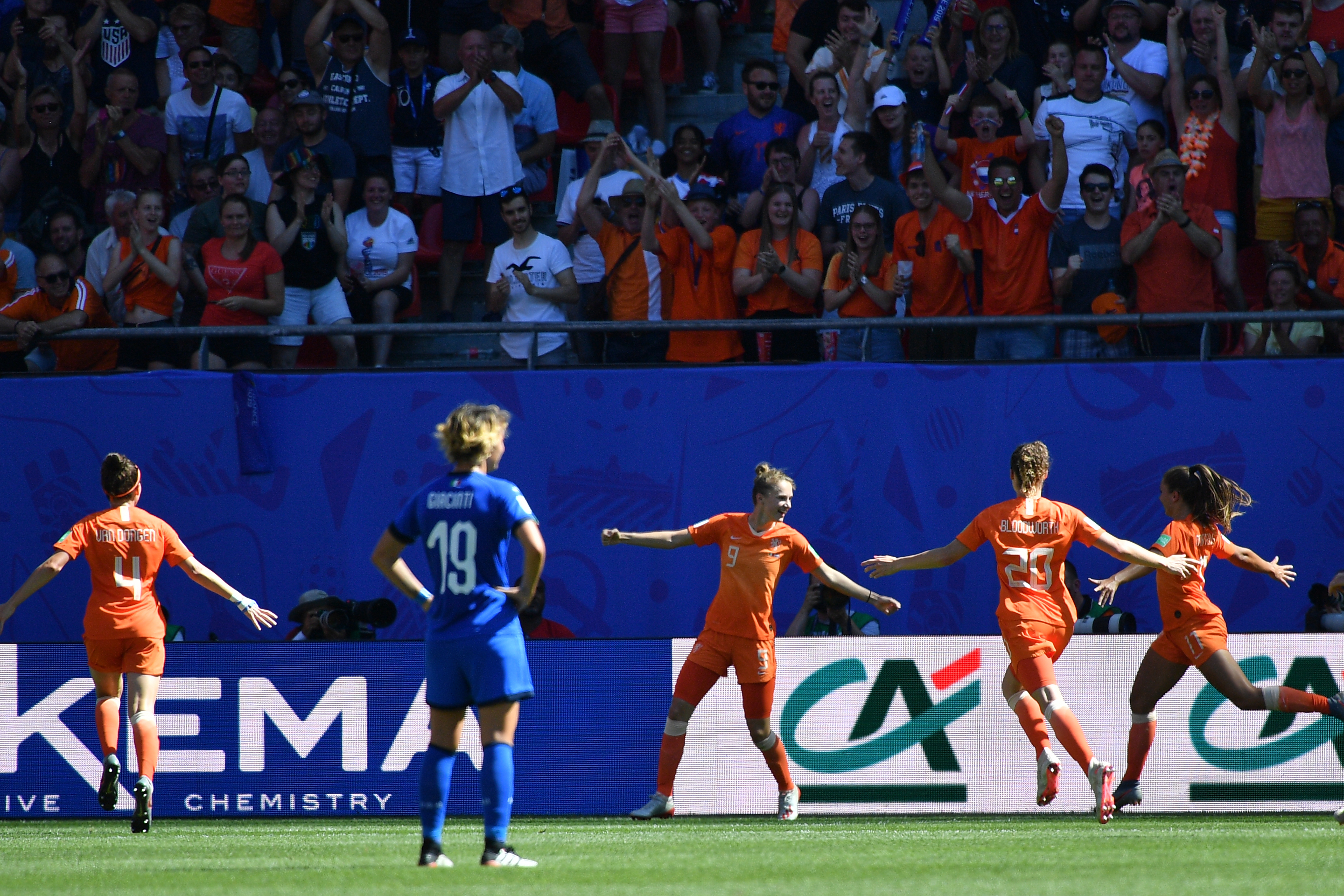 لاعبات هولندا يحتفلن بهدفهن الأول في مرمى إيطاليا