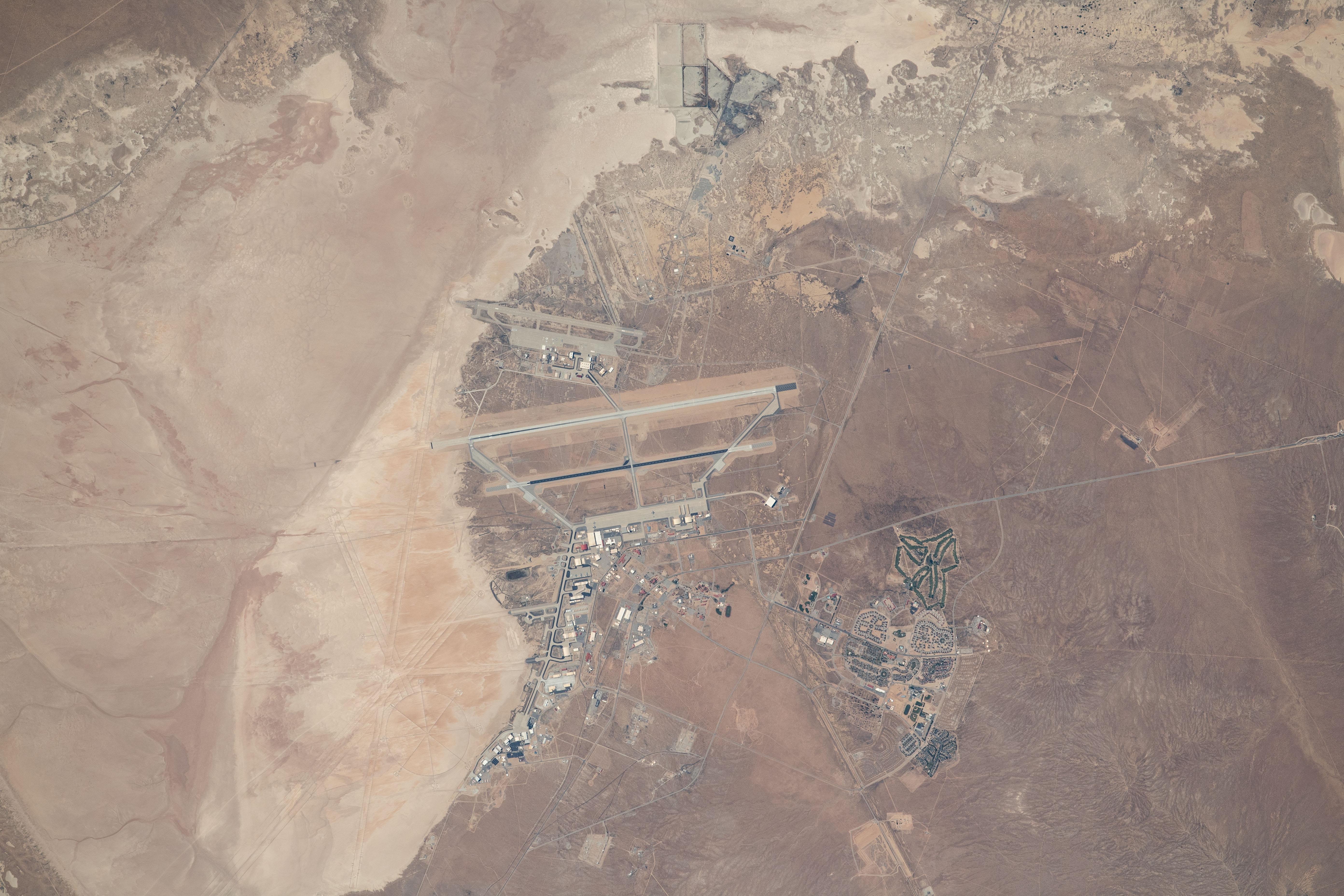 قاعدة أبحاث نيل آرمسترونغ التابعة لناسا في صحراء موهافي في كاليفورنيا في صورة التقطت عن بعد 256 ميل