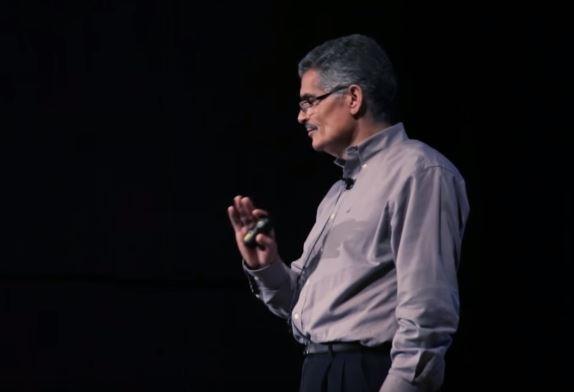 بشير حليمي يشرح أحد مشاريعه العلمية