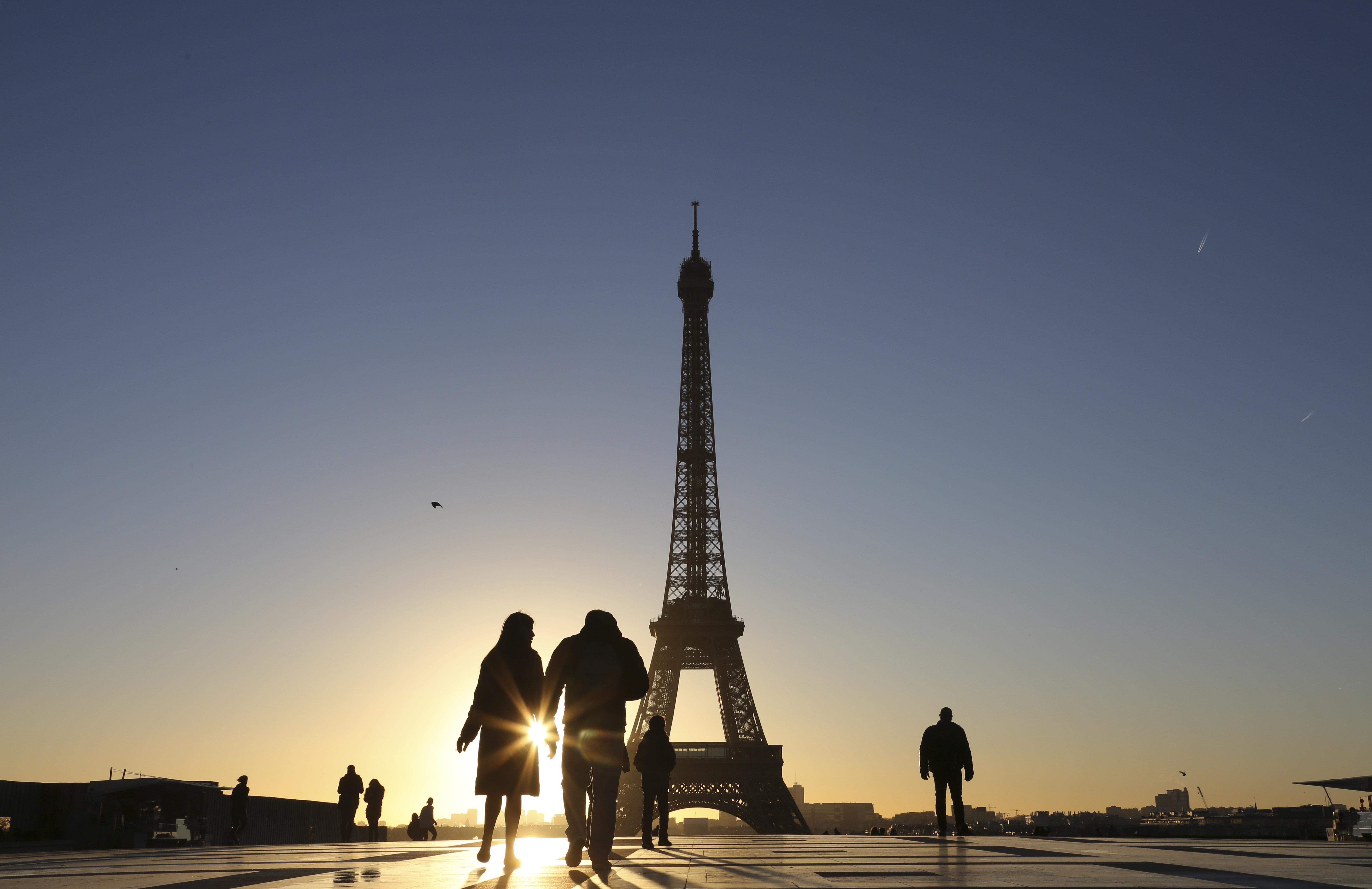 سطوع الشمس عند برج إيفل في باريس