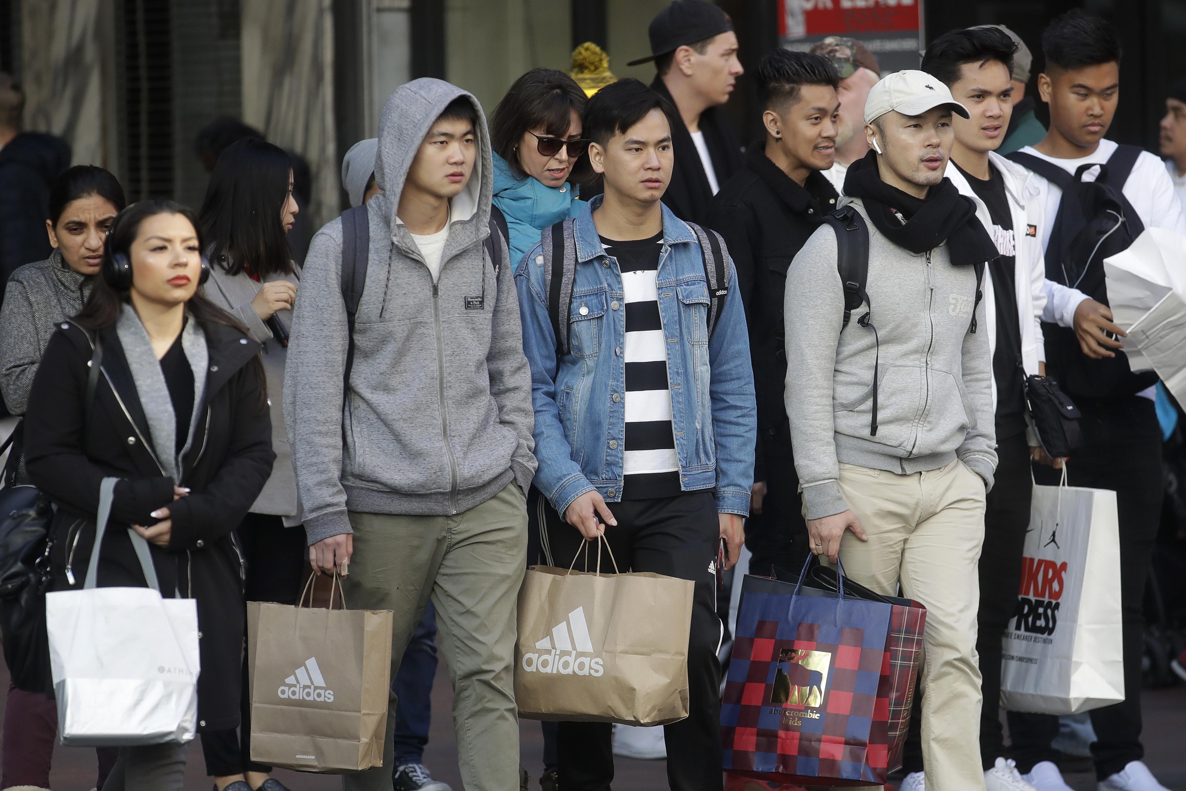 متسوقون في سان فرانسيسكو بعد أن اشتروا ما استطاعوا الحصول عليه
