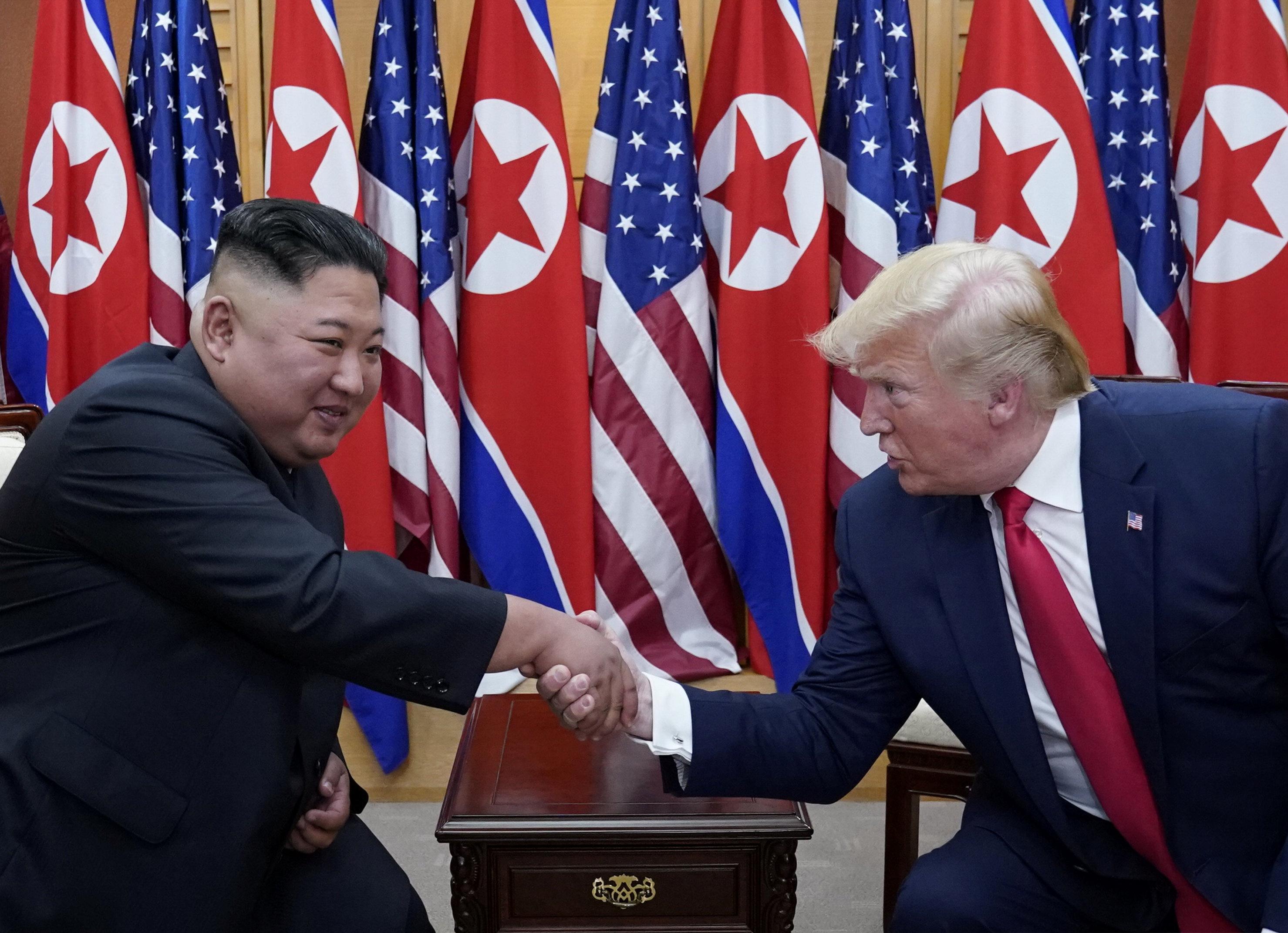 لقاء ترامب وكيم يظهر تقاربا رغم الجمود الذي يخيّم على المحادثات المتعلقة بالأنشطة النووية لبيونغ يانغ