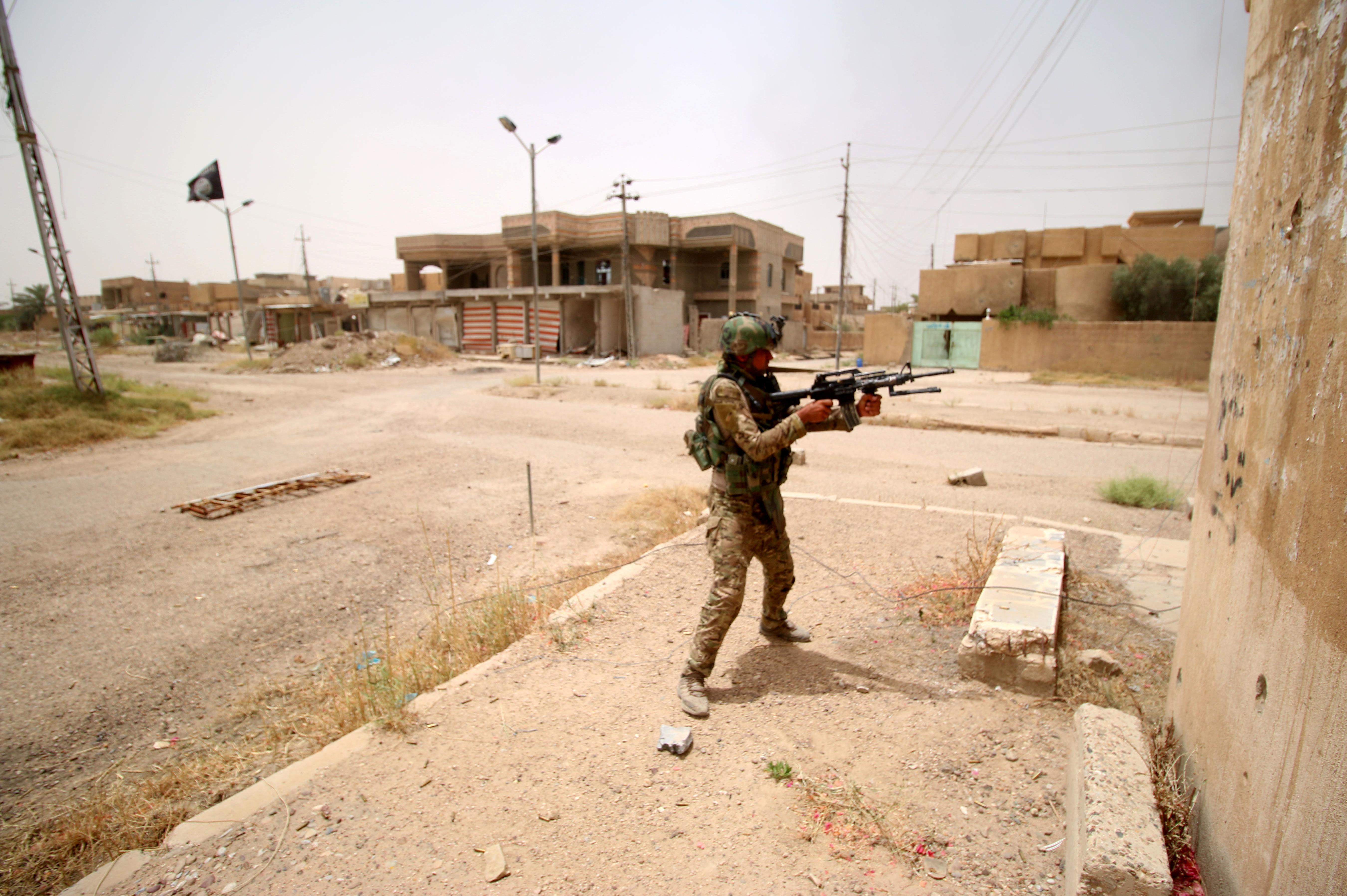 أحد عناصر القوات العراقية في الفلوجة