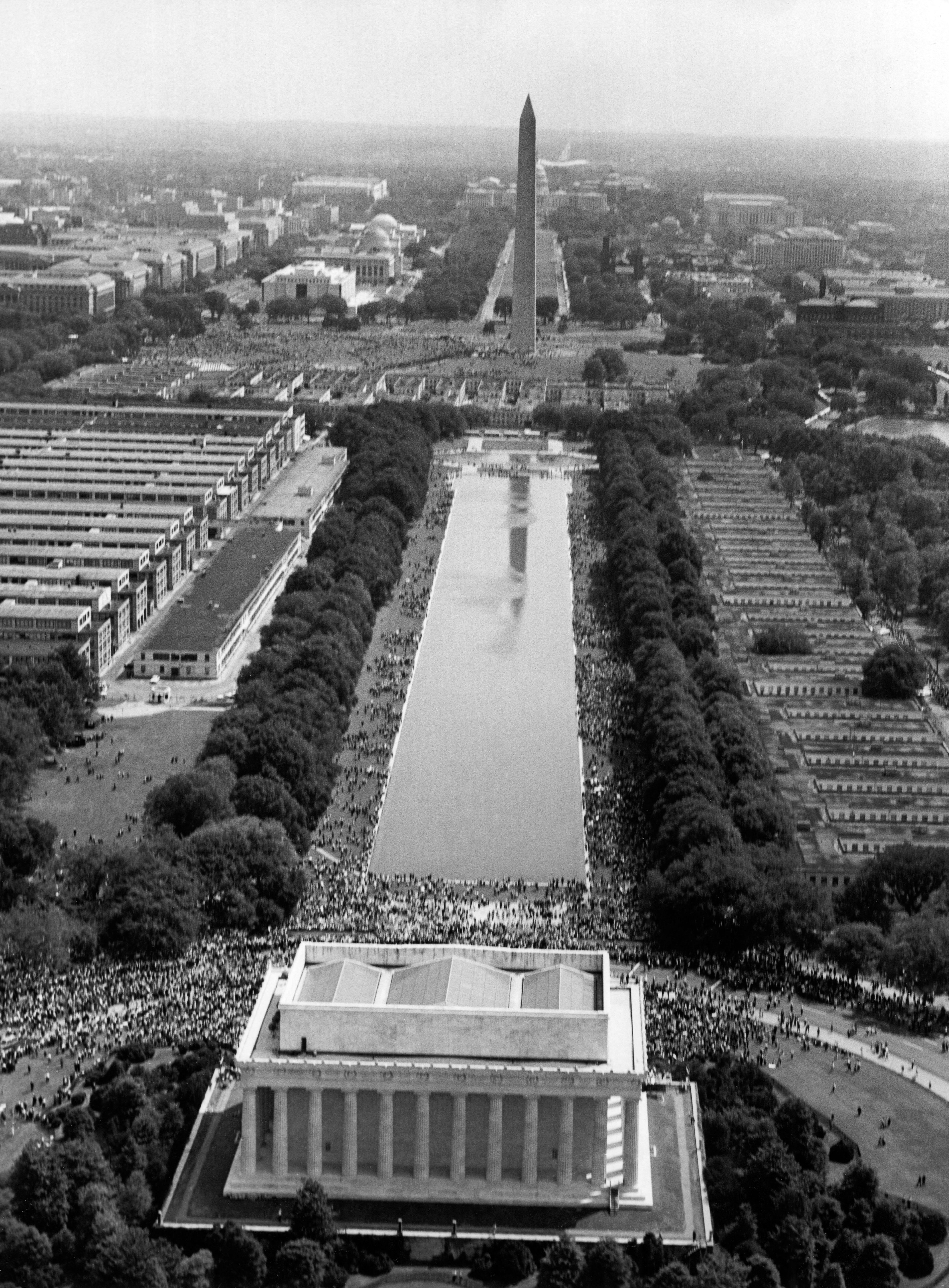 صورة جوية للمحتشدين أمام النصب التذكاري لأبراهام لينكولن حيث ألقى مارتن لوثر كينغ خطابه الشهير