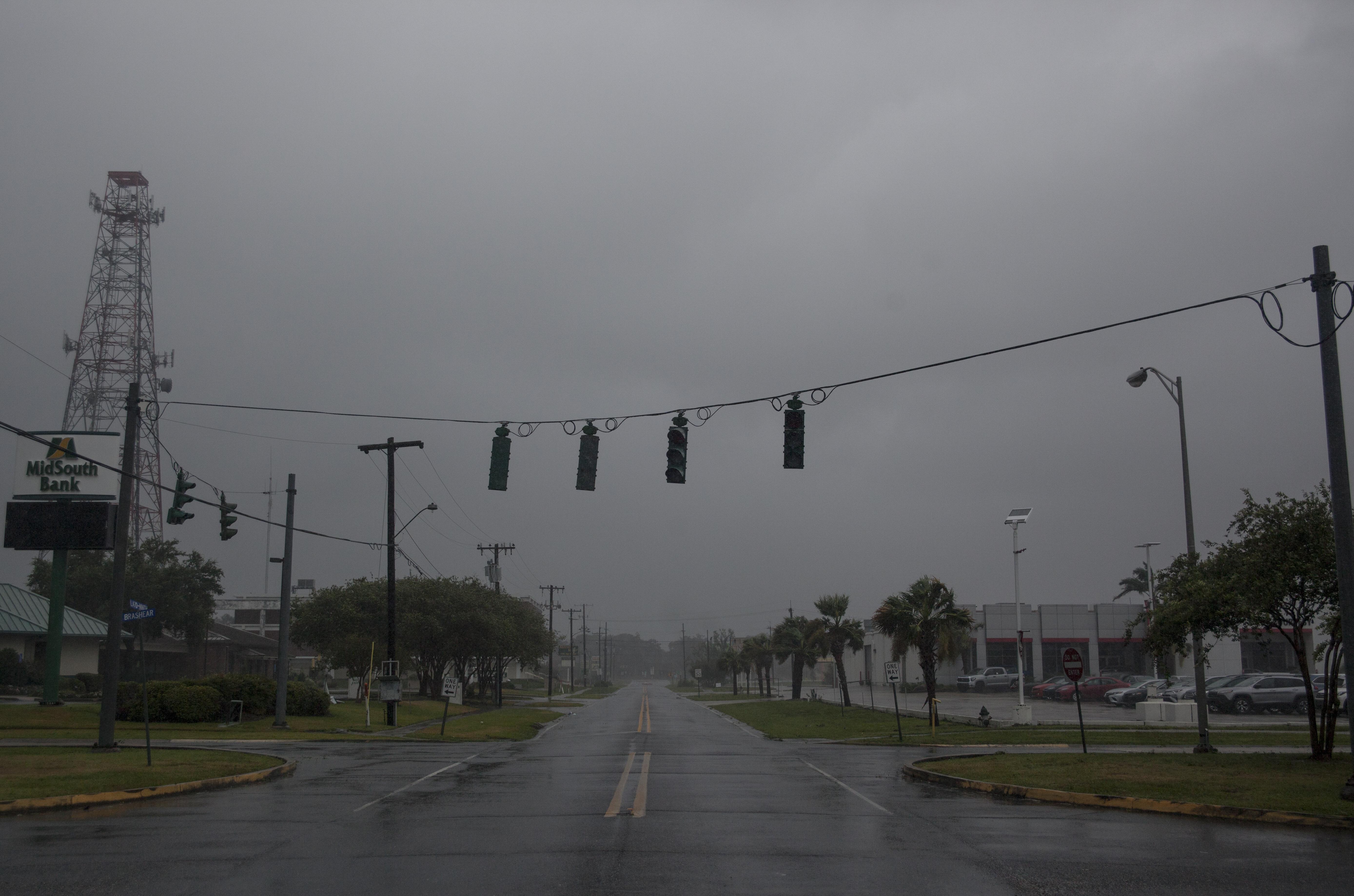 أضرار في مدينة مورغان بولاية لويزيانا مع تقدم الإعصار باري
