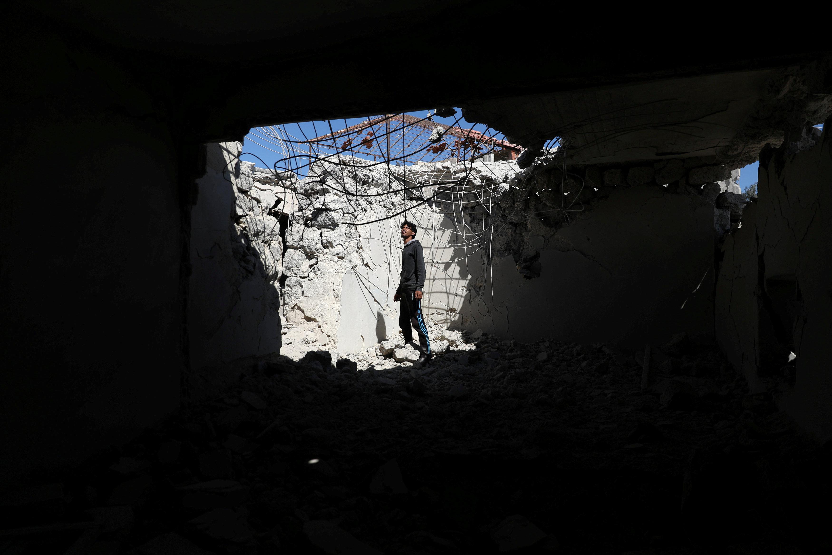 شاب يتفقد منزله المدمر في درعا