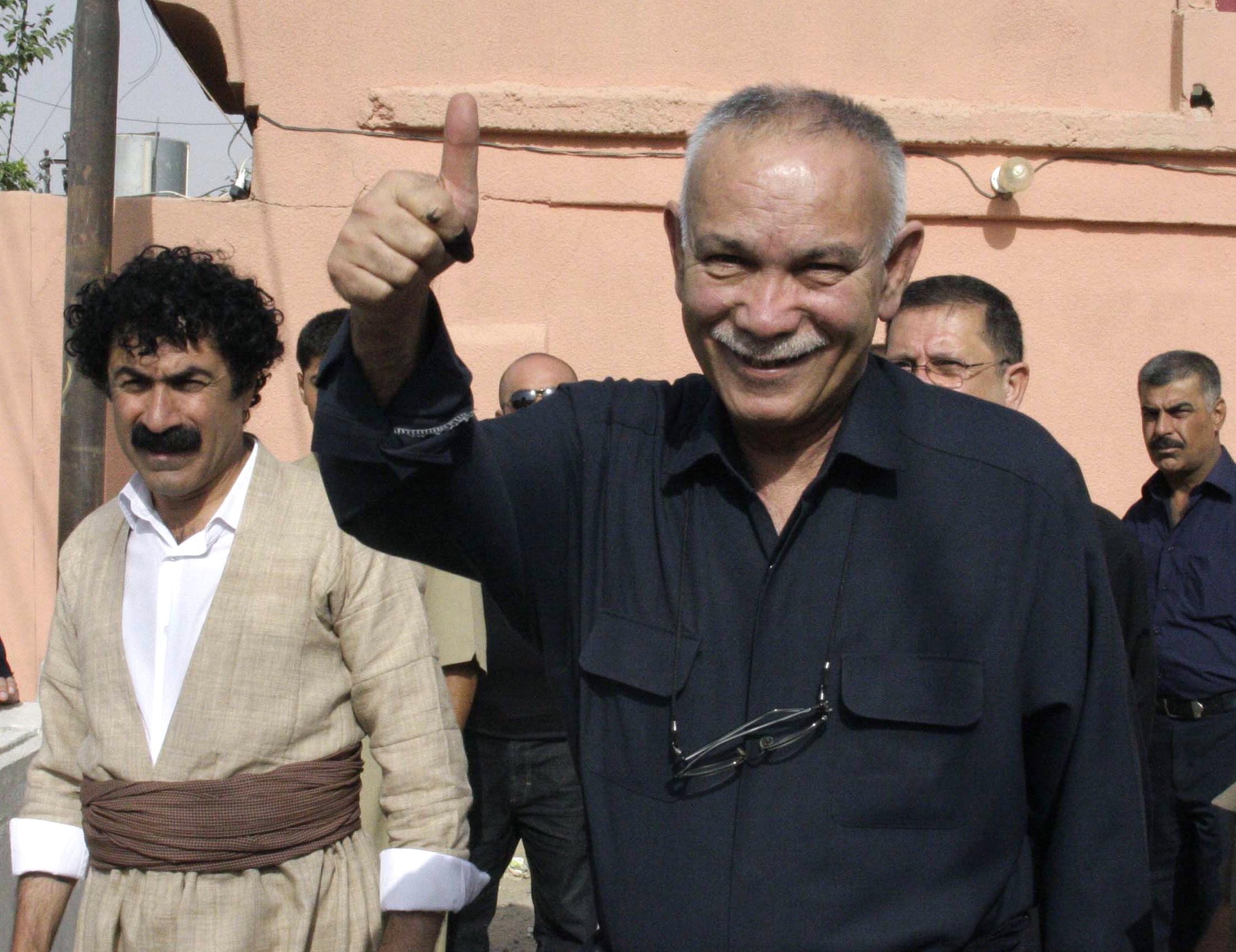 زعيم حركة التغيير نوشيروان مصطفى بعد إدلائه بصوته في انتخابات 2013