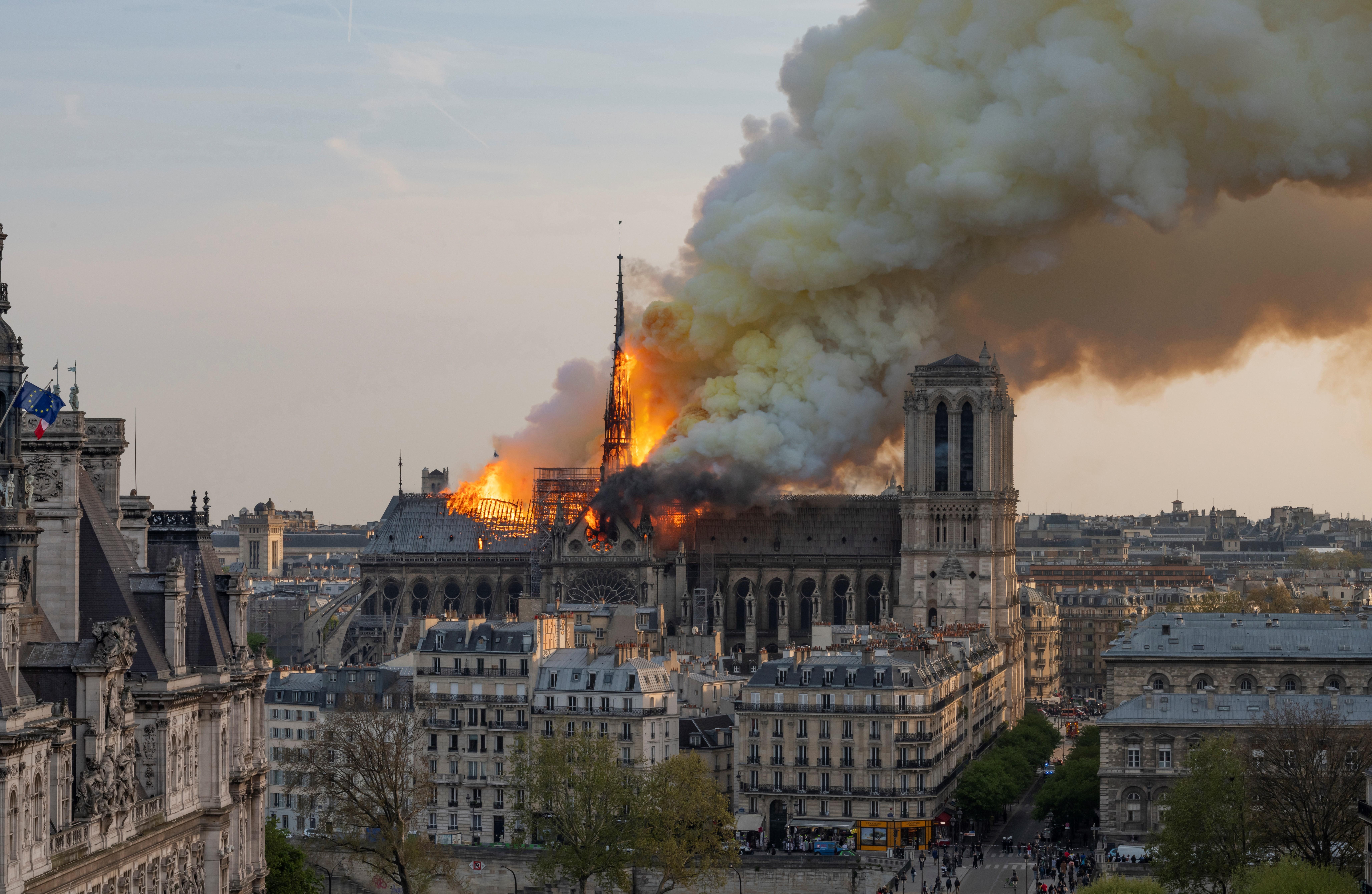 مشهد يظهر قوة النيران ومحاولة فرق الإطفاء السيطرة على الحريق