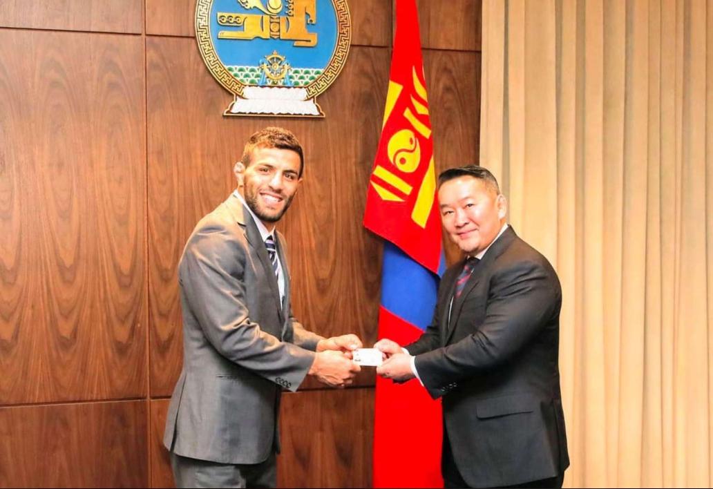"""لاعب الجودو """"الإيراني سابقا"""" سعيد ملايي رفقة مسؤول منغولي"""