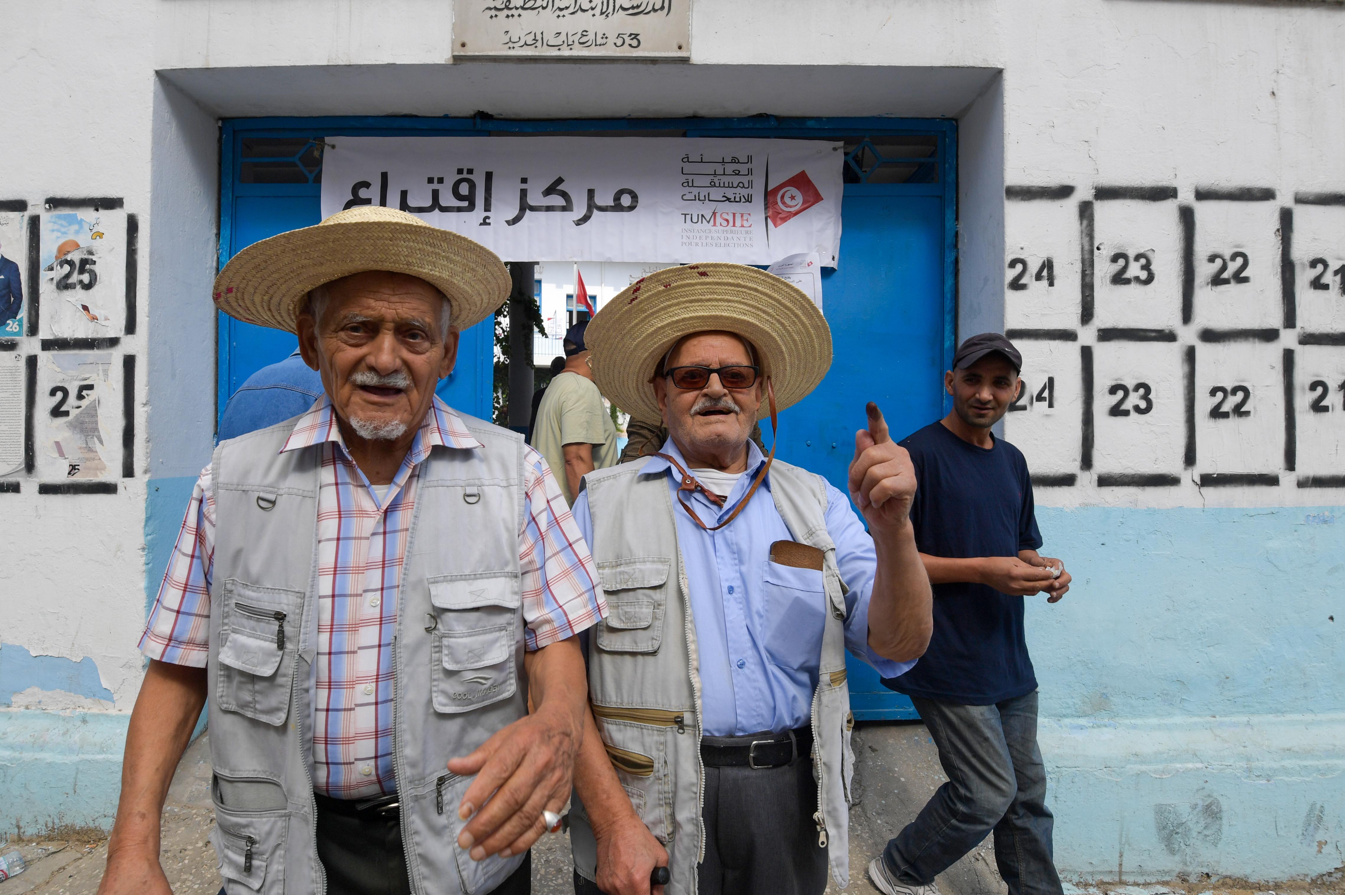 تونسيون بعد الإدلاء بأصواتهم الأحد
