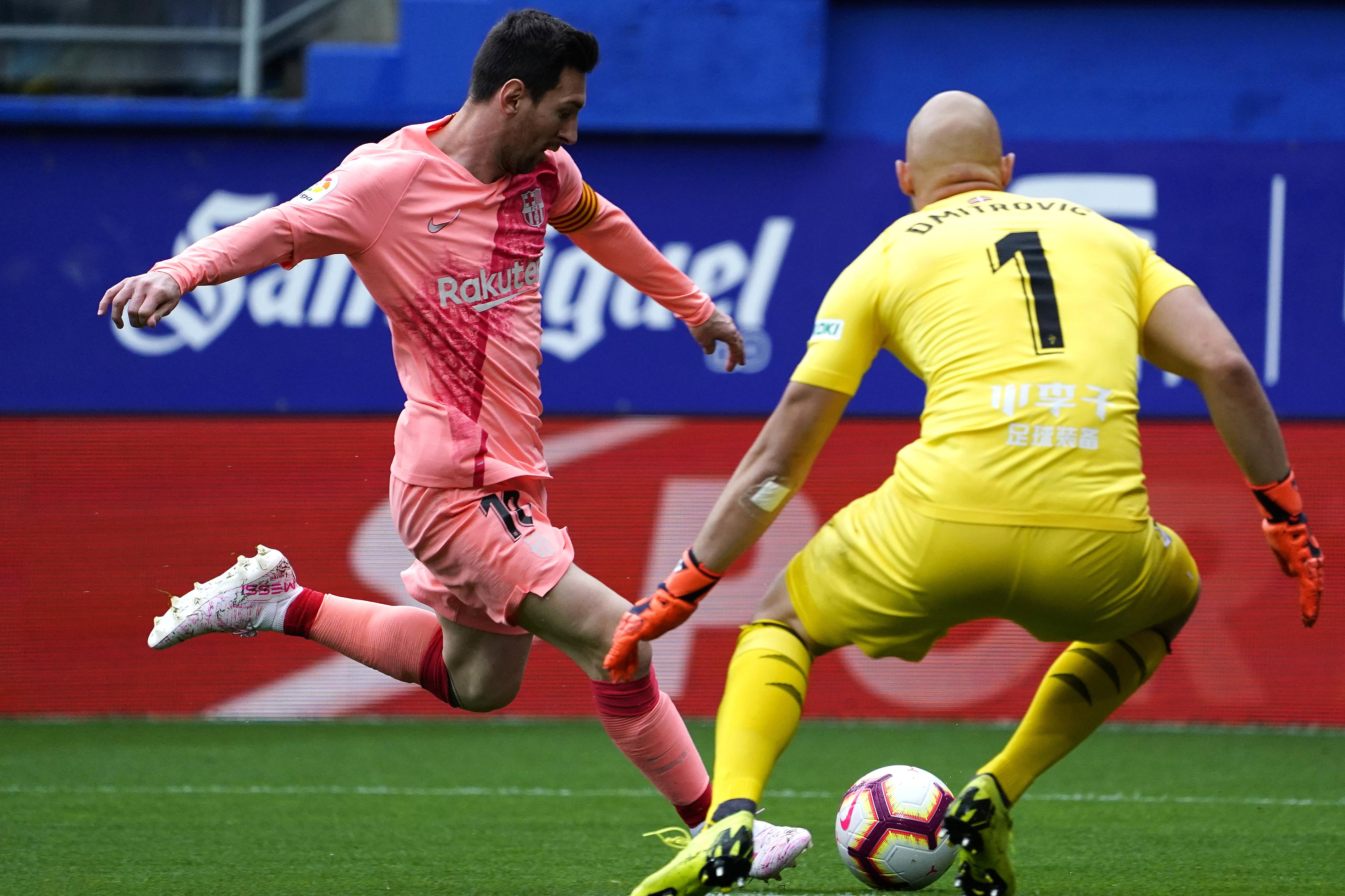 لاعب برشلونة ليونيل ميسي خلال المباراة أمام فريق إيبار