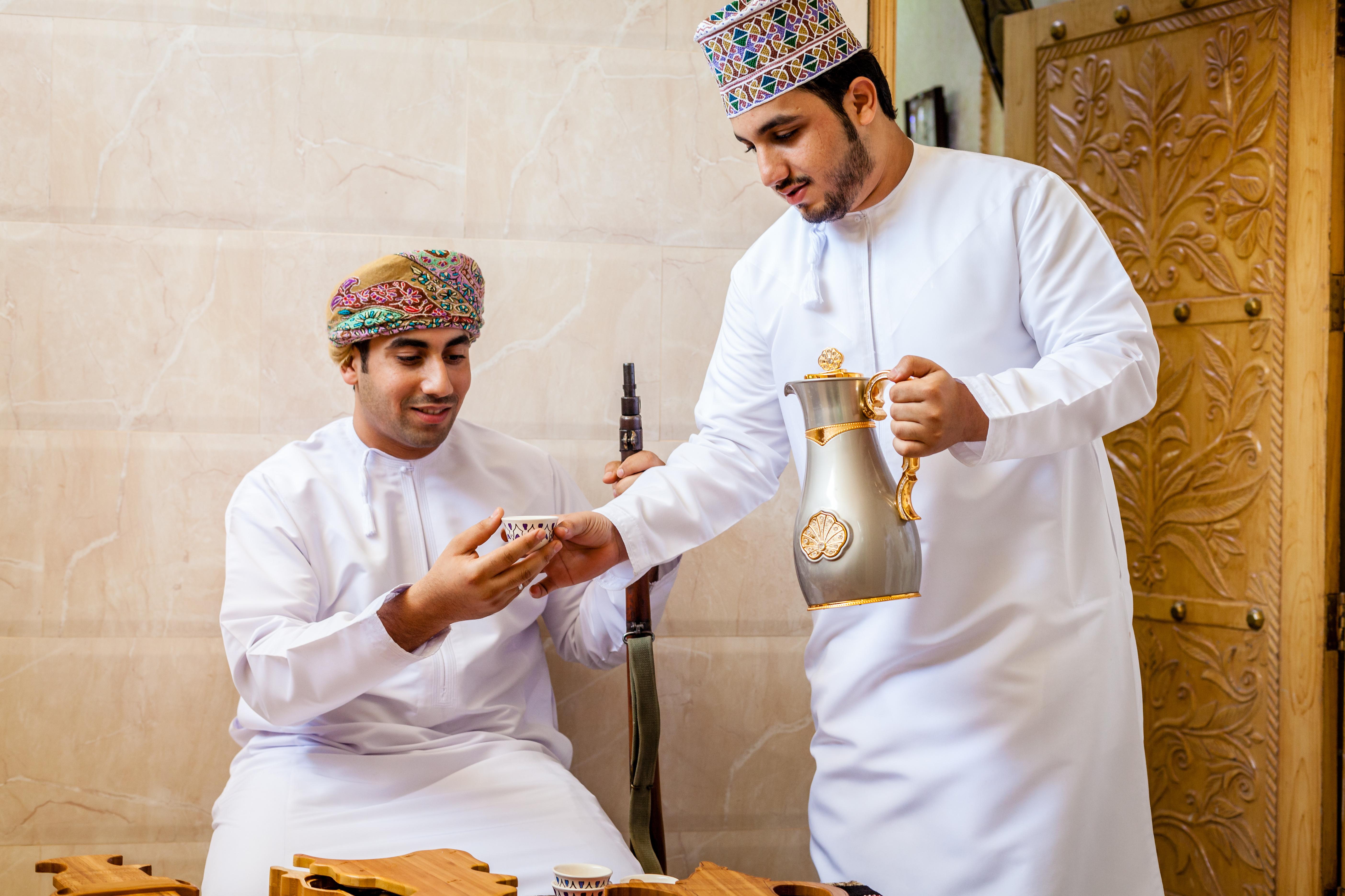 عمانيون يحتسون القهوة