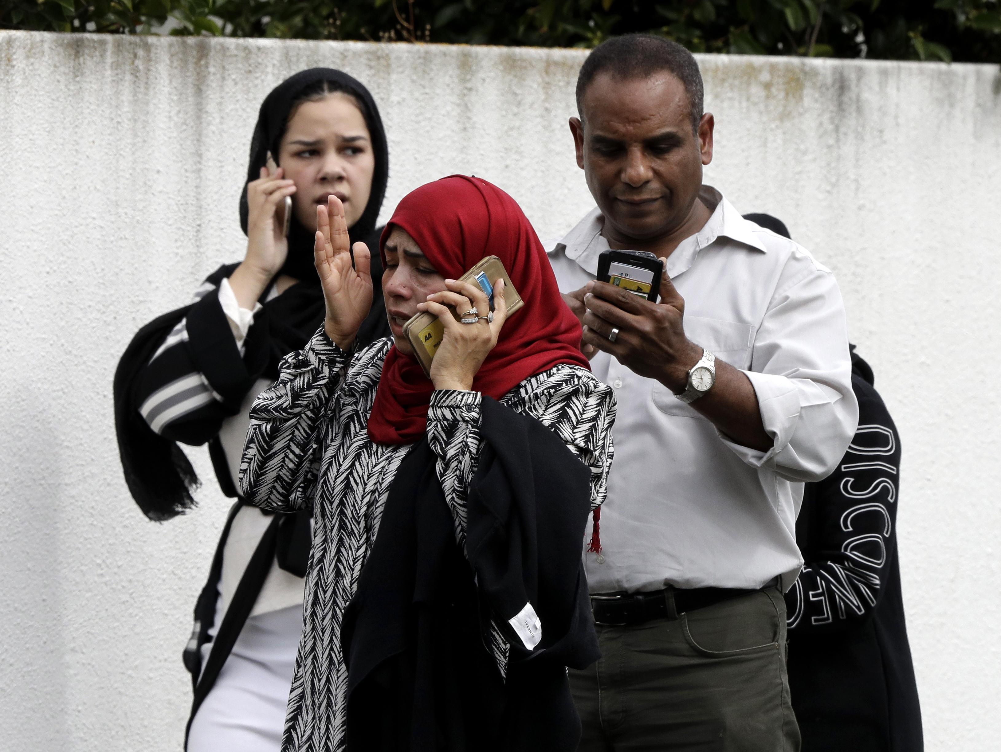 أشخاص ينتظرون خارج أحد المسجدين اللذين استهدفهما الهجوم
