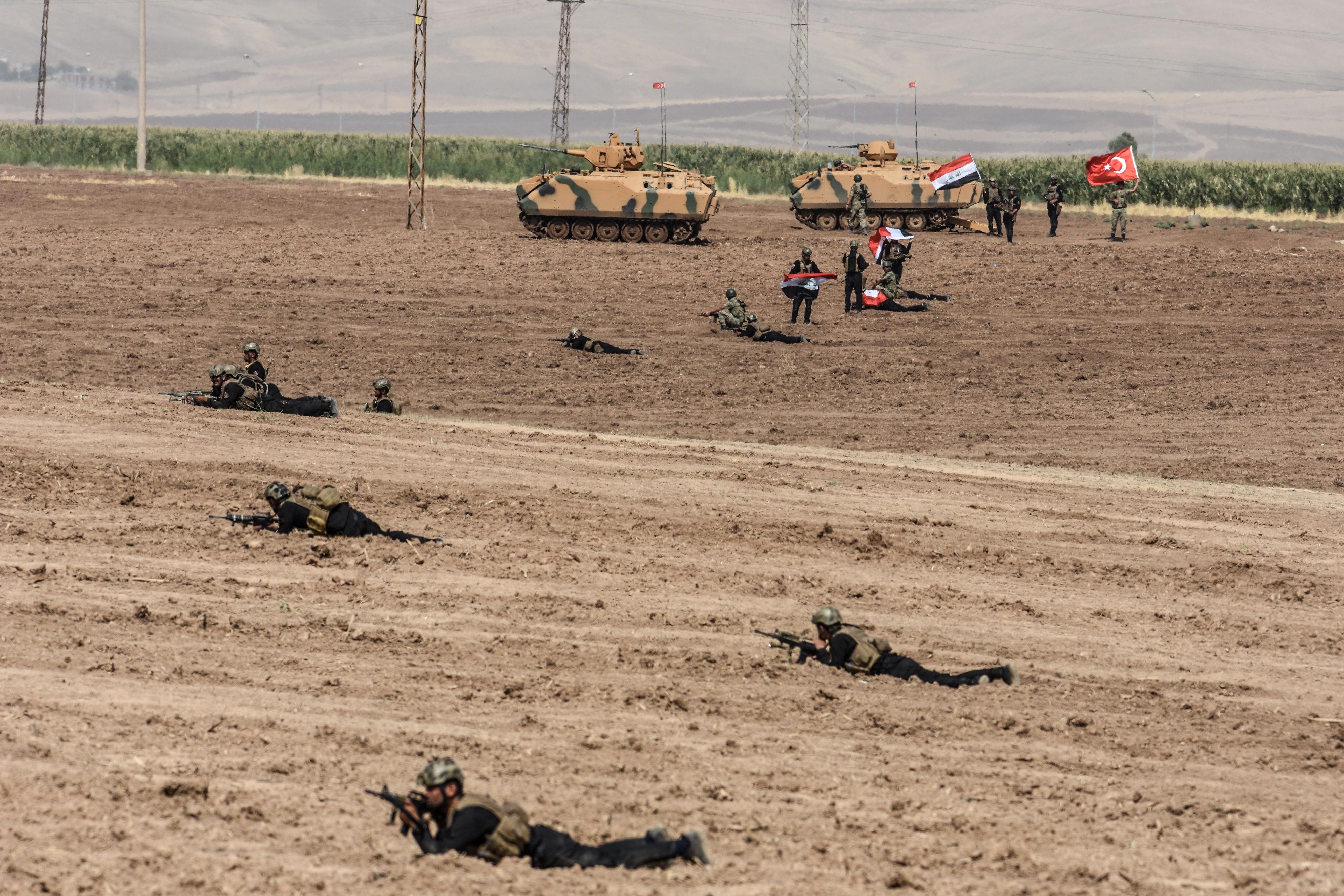 جنود عراقيون وأتراك خلال المناورات العسكرية على الحدود