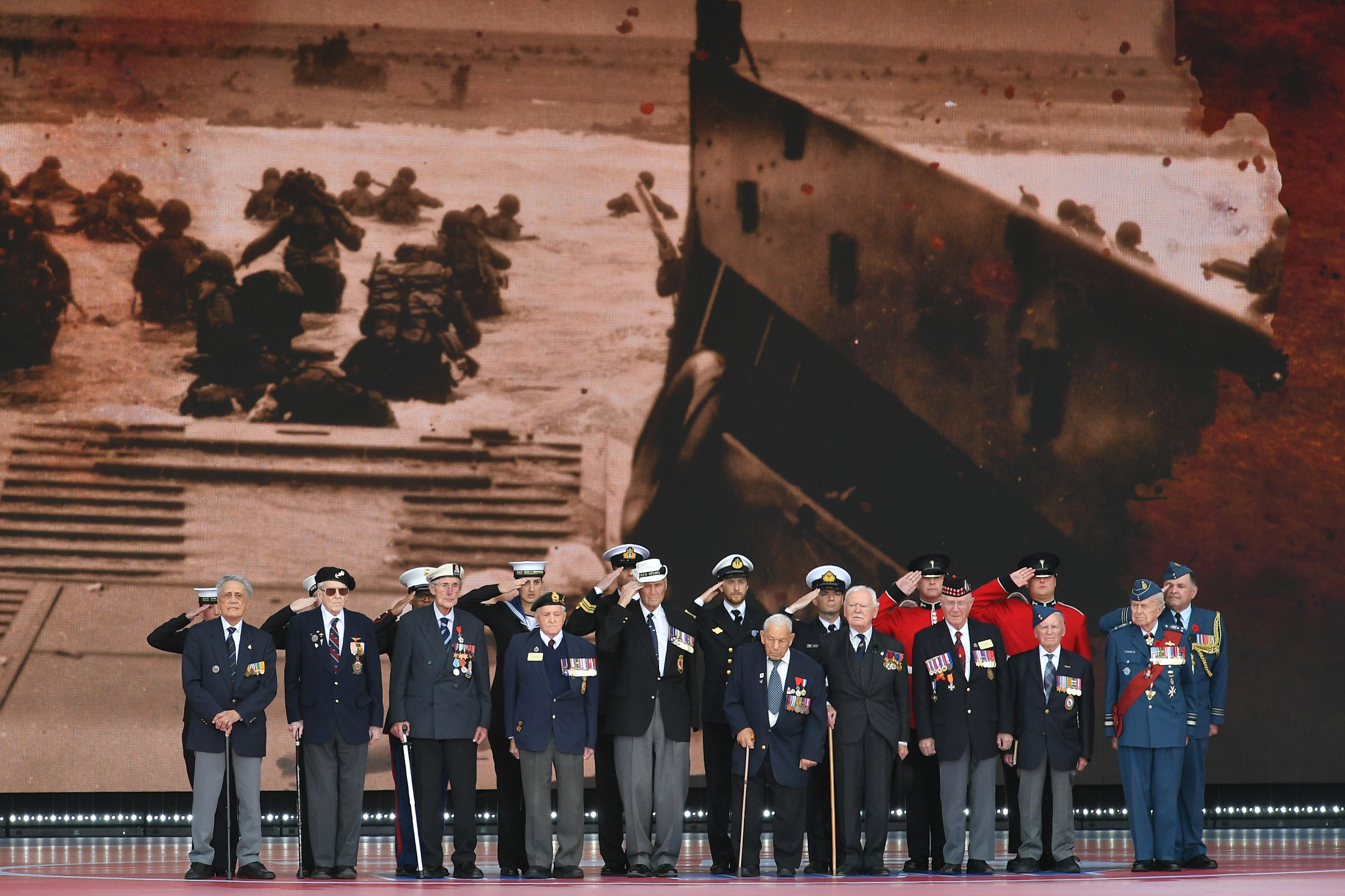 """محاربون قدماء يشاركون في احتفالات ذكرى إنزال """"النورماندي"""" في مدينة بورتسموث البريطانية"""