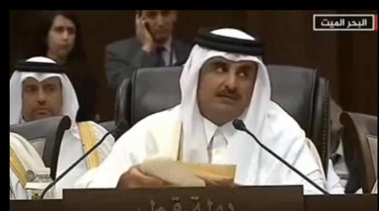 أمير قطر يتوقف عن الكلام لثوان وينظر إلى الرئيس المصري عبد الفتاح السيسي الذي غادر القاعة