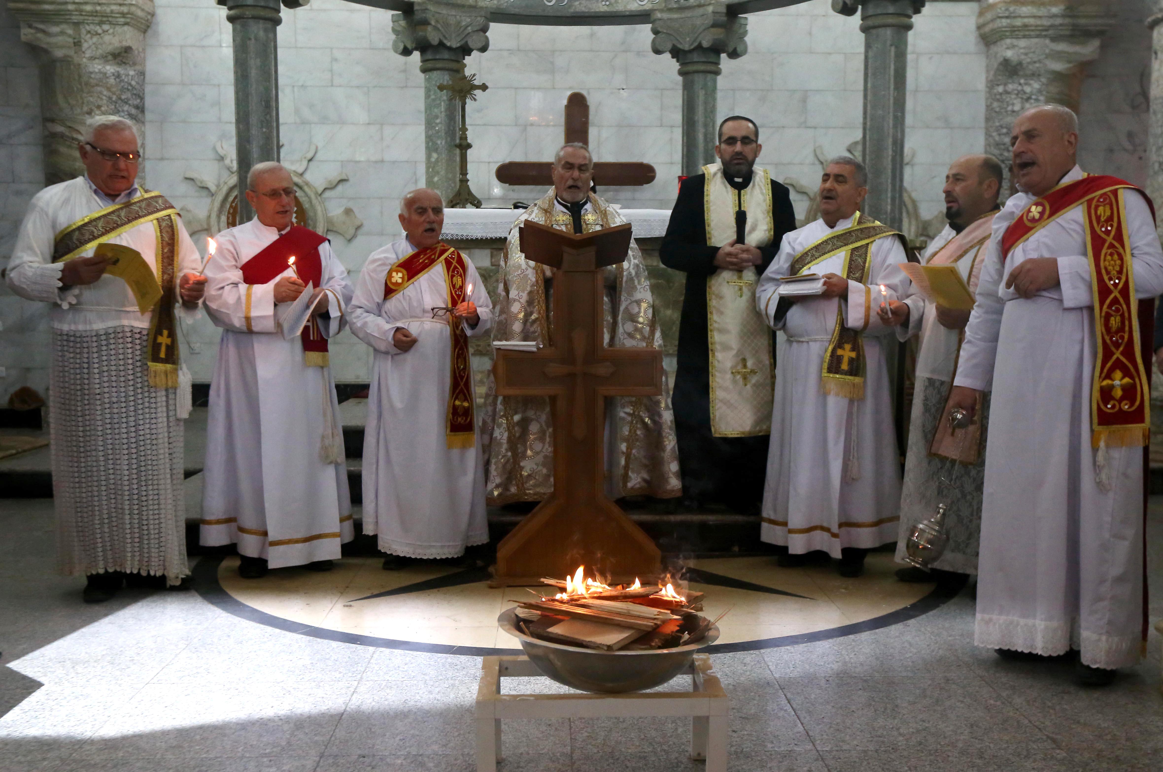 قساوسة خلال مراسيم القداس