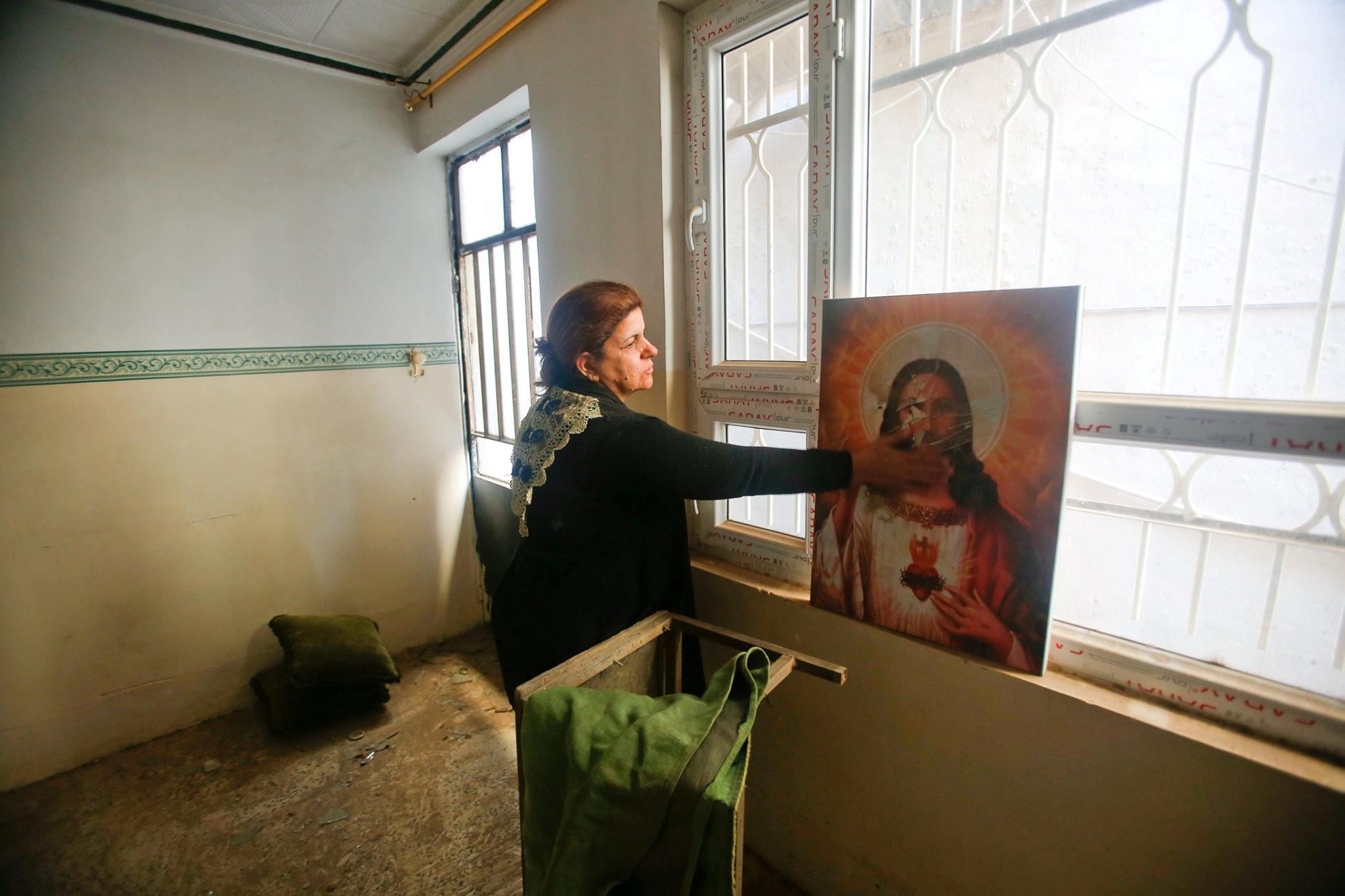 مسيحية عراقية لدى عودتها لبيتها في برطلة