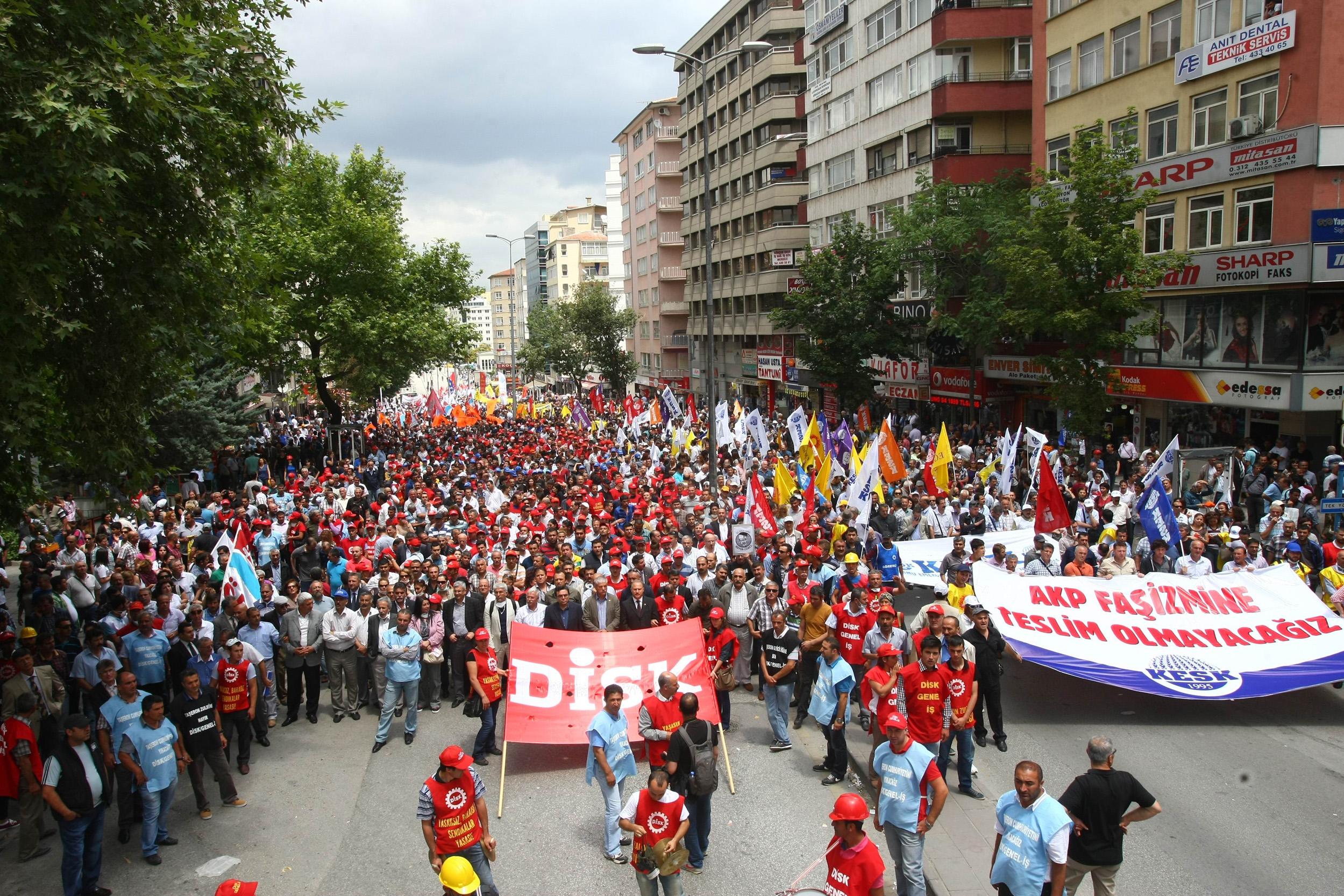 محتجون مناهضون لحكومة أردوغان يتظاهرون وسط أنقرة في 17 يونيو/حزيران 2013