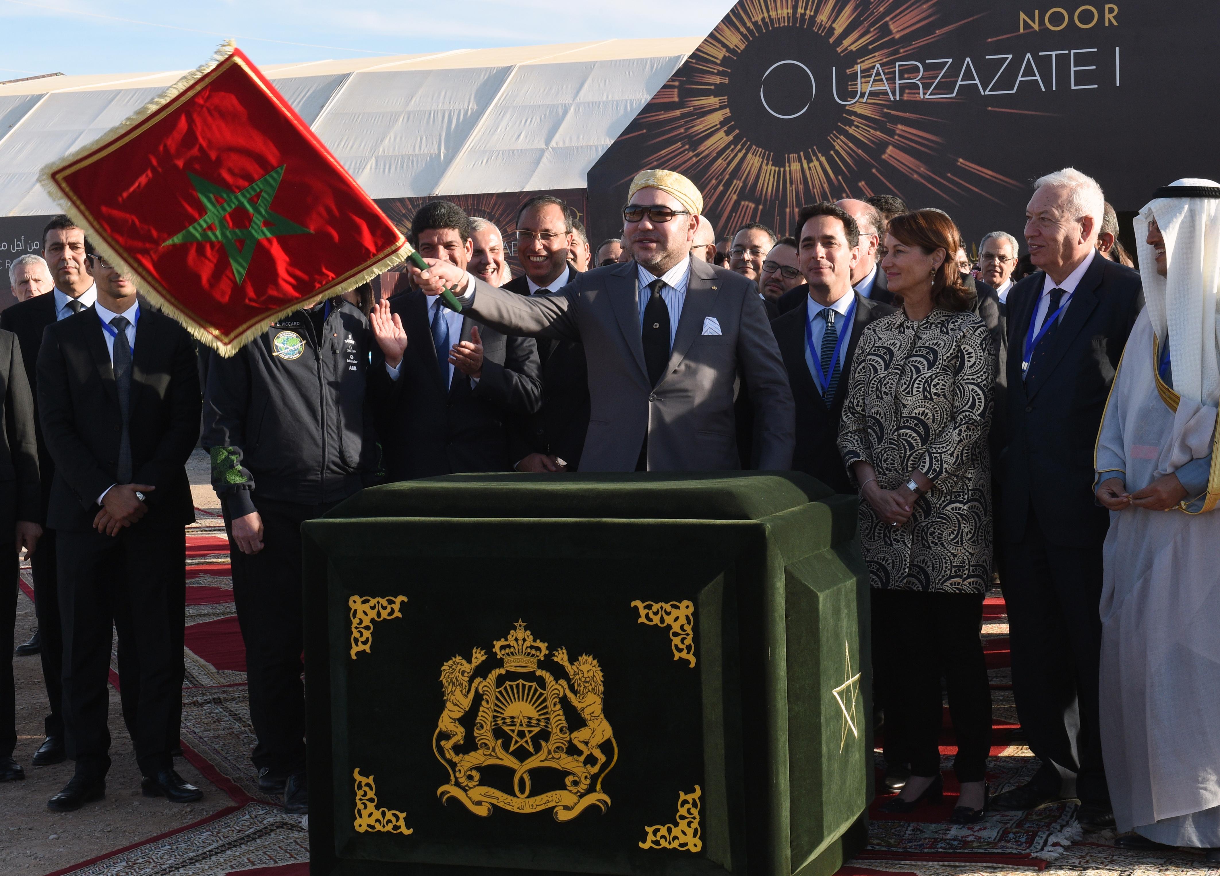 """ملك المغرب محمد السادس عند افتتاحه محطة """"نور 1"""" للطاقة الشمسية"""