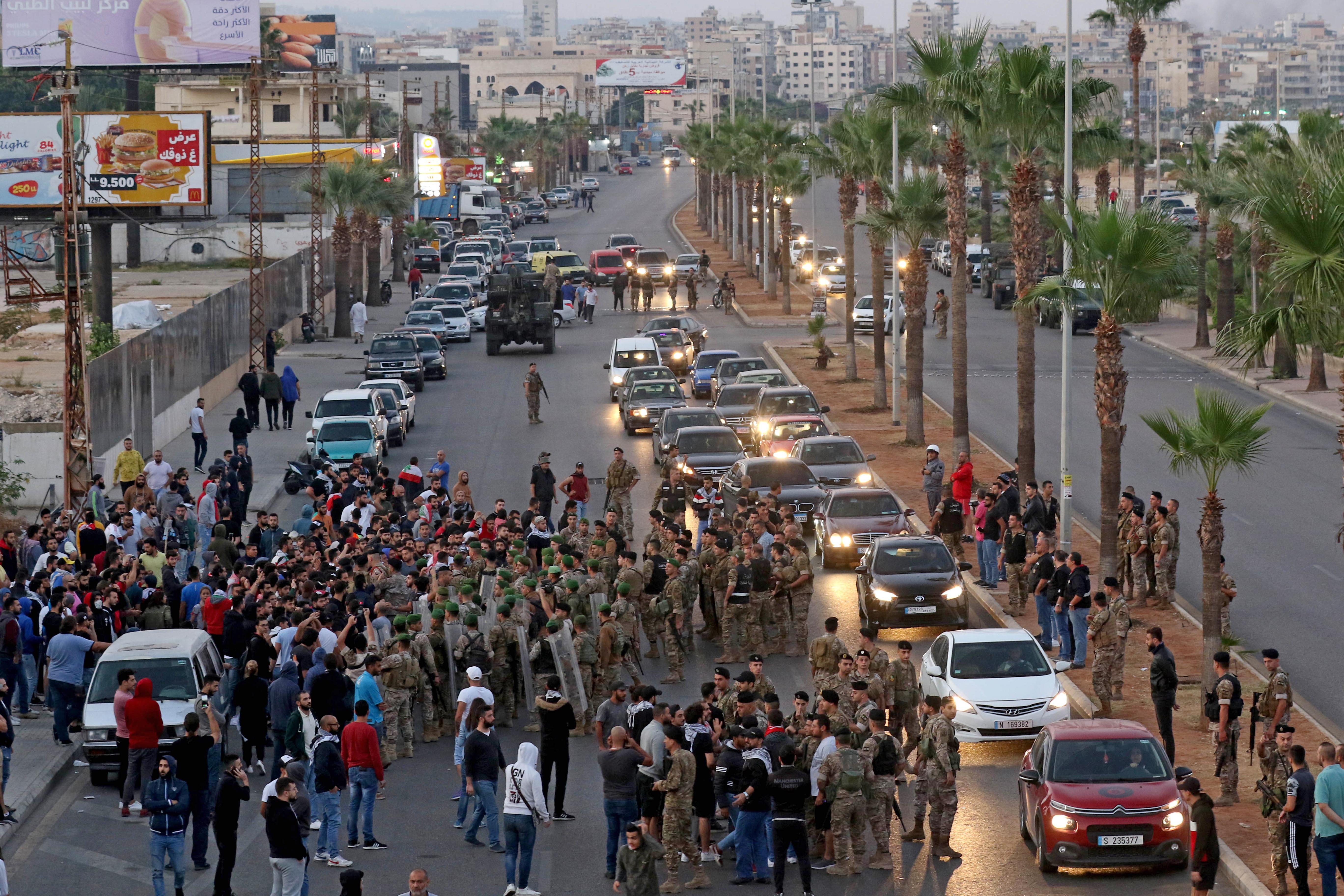 الجيش اللبناني يحاول فتح الطريق في مدينة صيدا