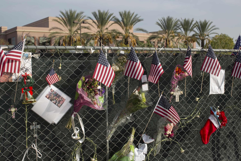أعلام وورود تكريما لأرواح ضحايا إطلاق النار في سان برناندينو، أرشيف