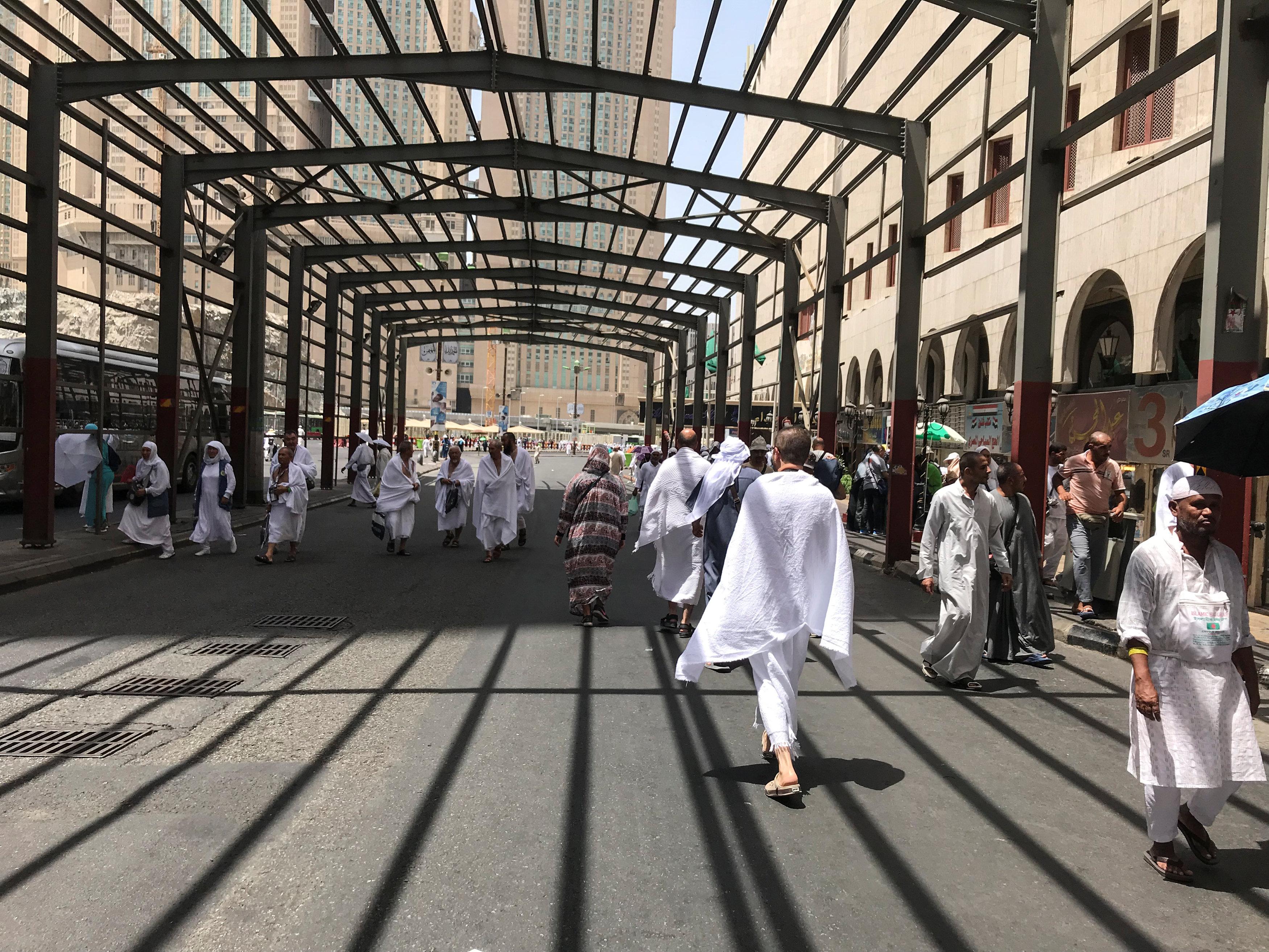حجاج في طريقهم للمسجد الحرام- موسم الحج 2018