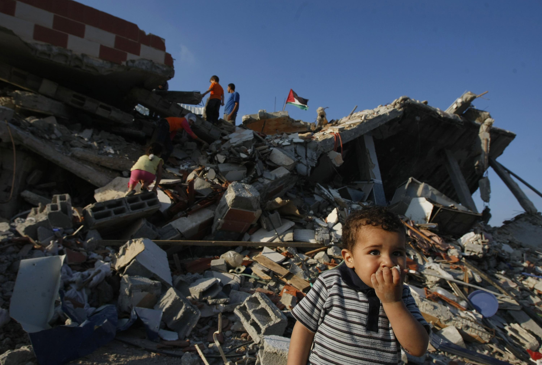 طفل لاجئ من غزة وسط الدمار الذي خلفته الحرب
