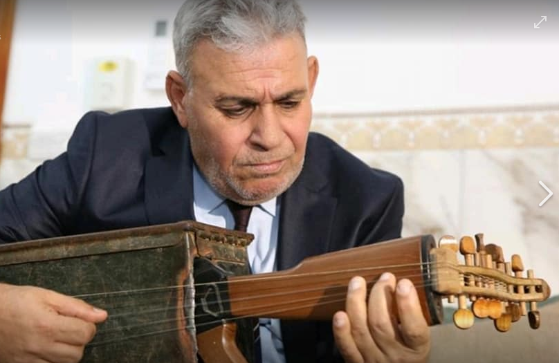 معلم عراقي يحول بندقية كلاشينكوف إلى آلة موسيقية