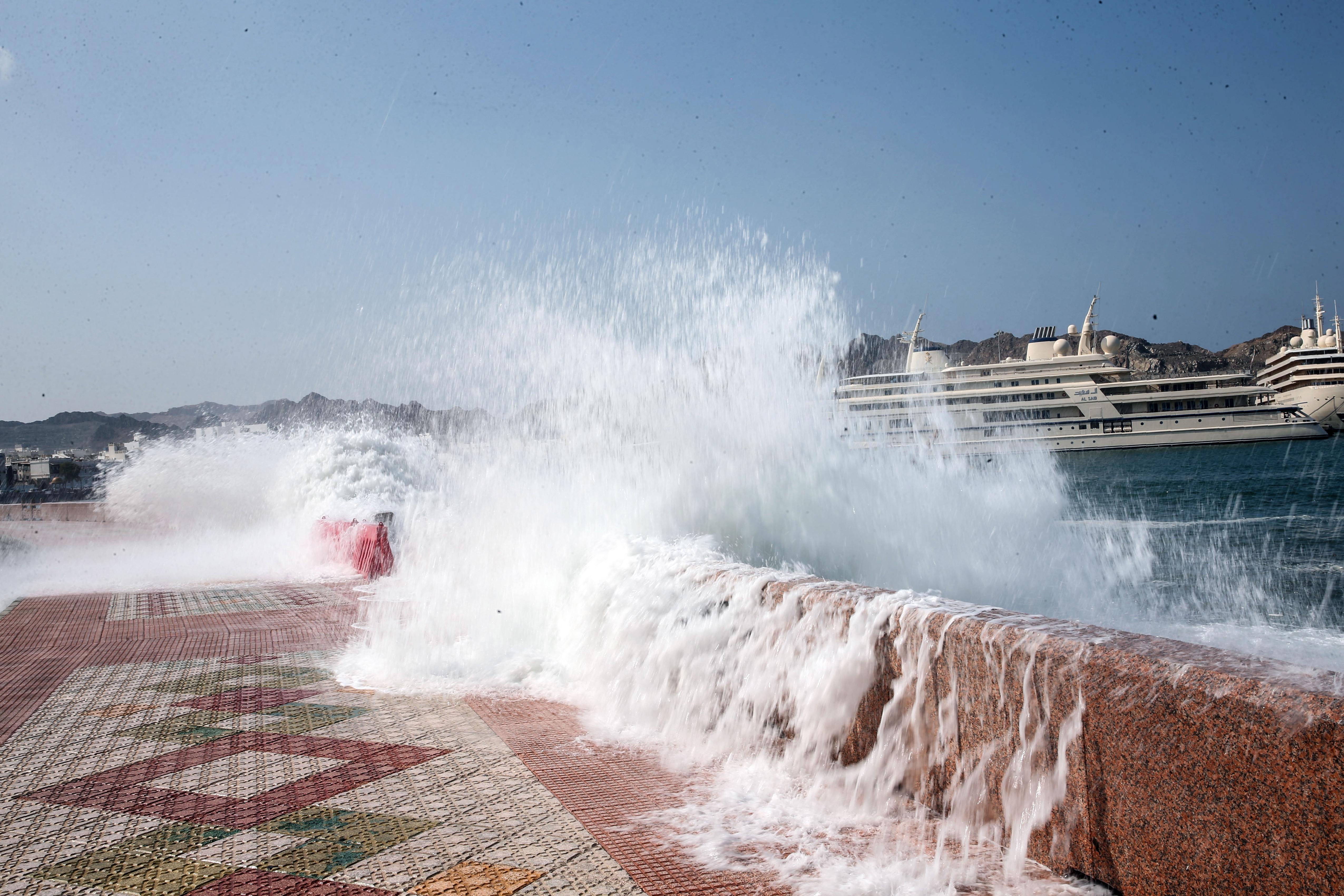 أمواج تضرب سواحل عمان