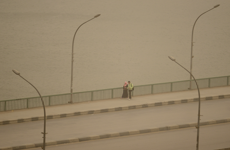 مصريون على أحد جسور العاصمة
