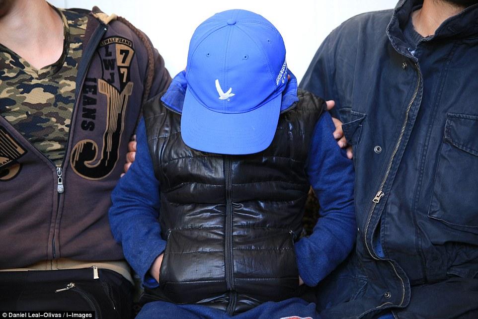 آدم رفقة أفراد من عائلته - صورة من موقع ديلي ميل