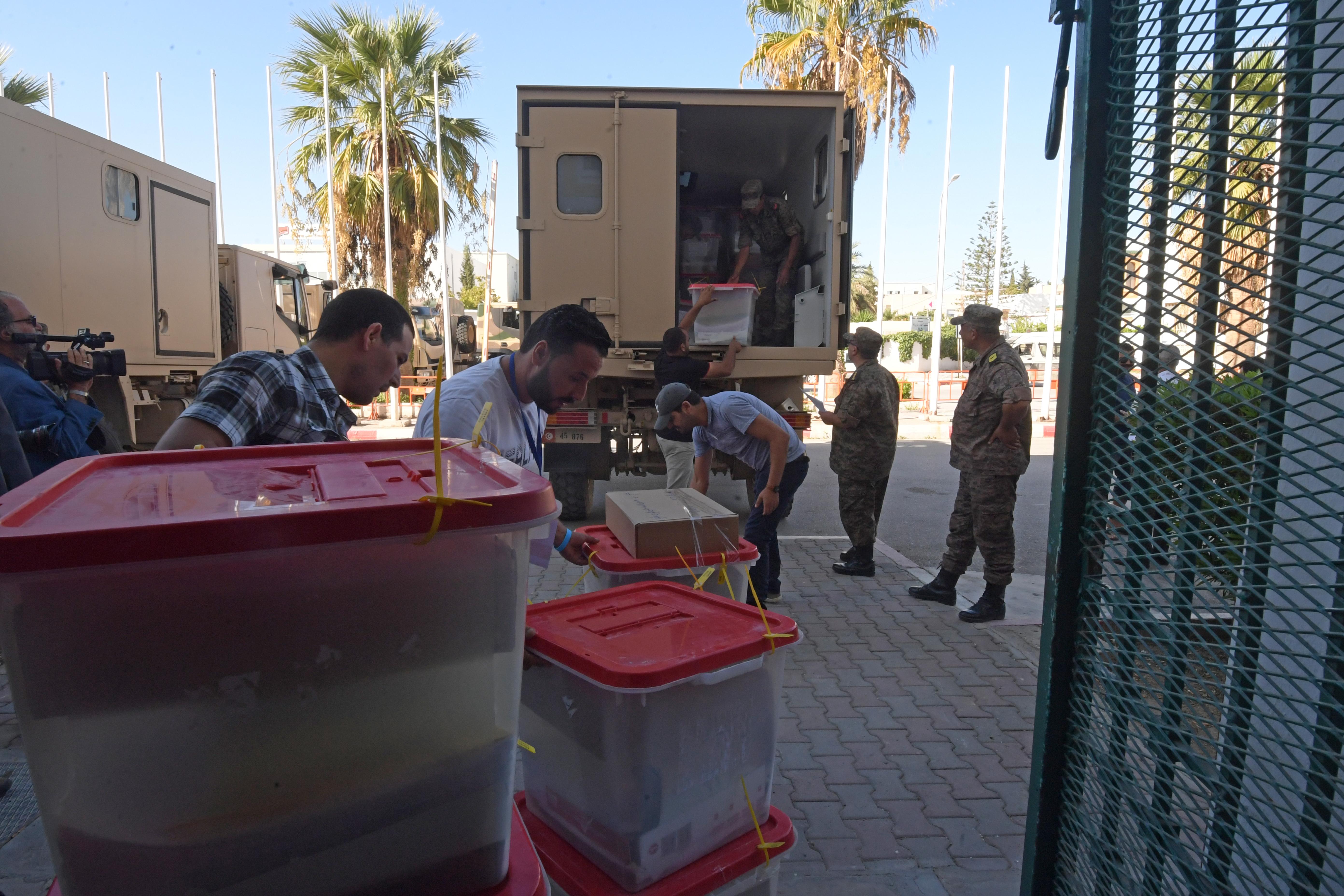 أثناء عملية نقل صناديق الاقتراع