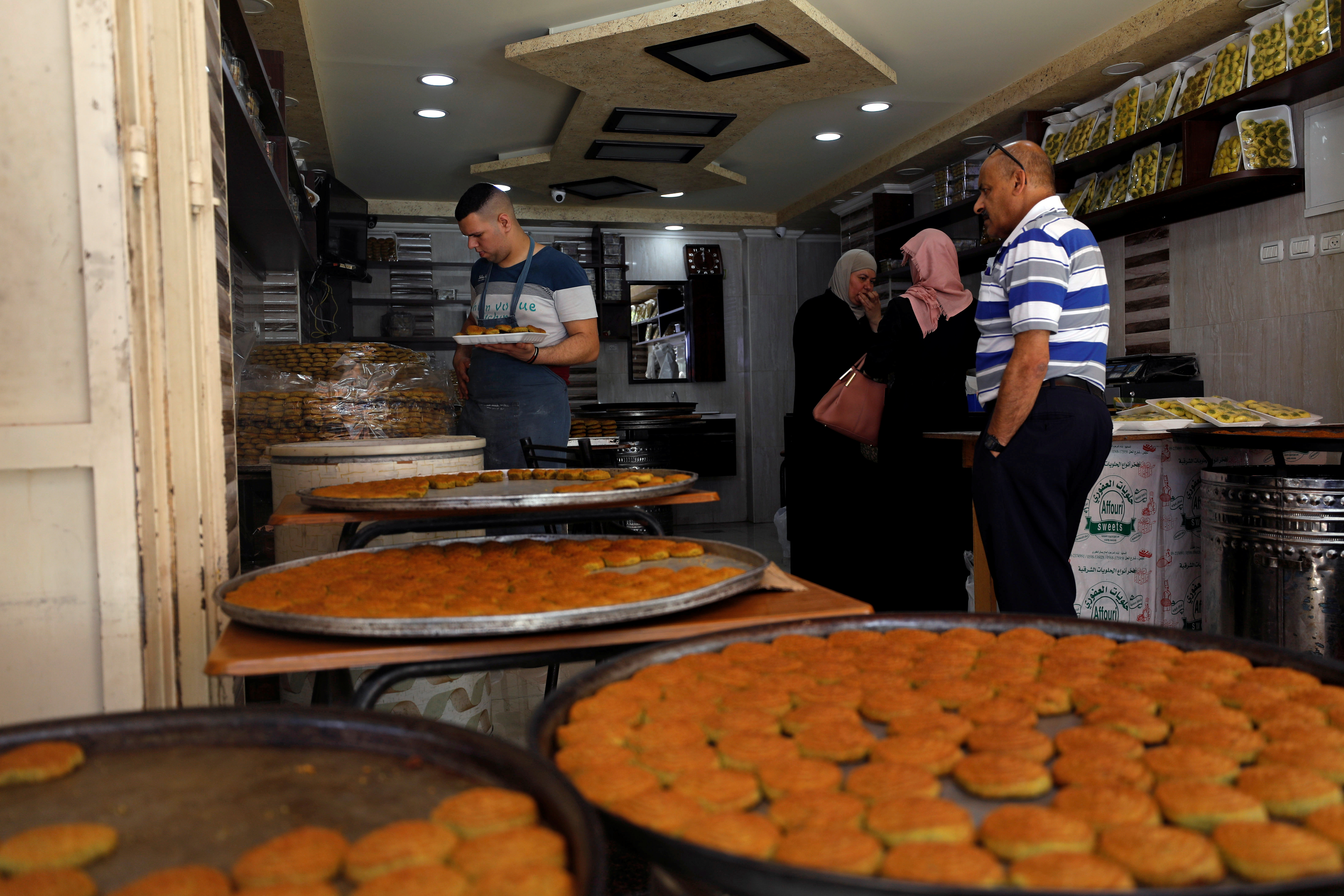 متجر لبيع الحلويات في مدينة نابلس