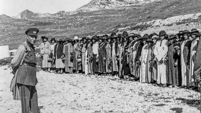 الشاه الإيراني رضا بهلوي مع مجموعة من النساء الإيرانيات اللواتي ارتدين قبعات غربية