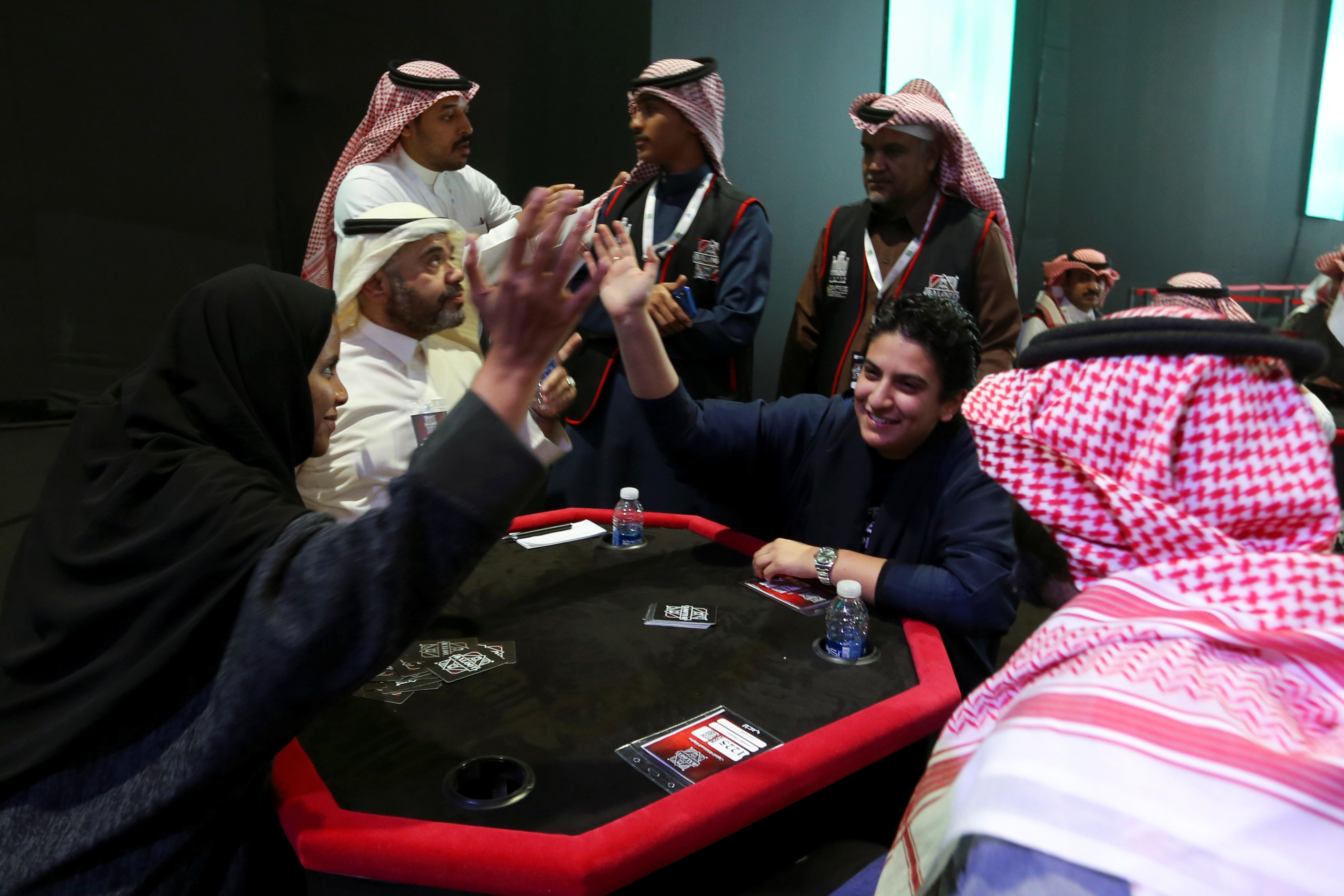 سعوديات يشاركن في بطولة لعبة البلوت