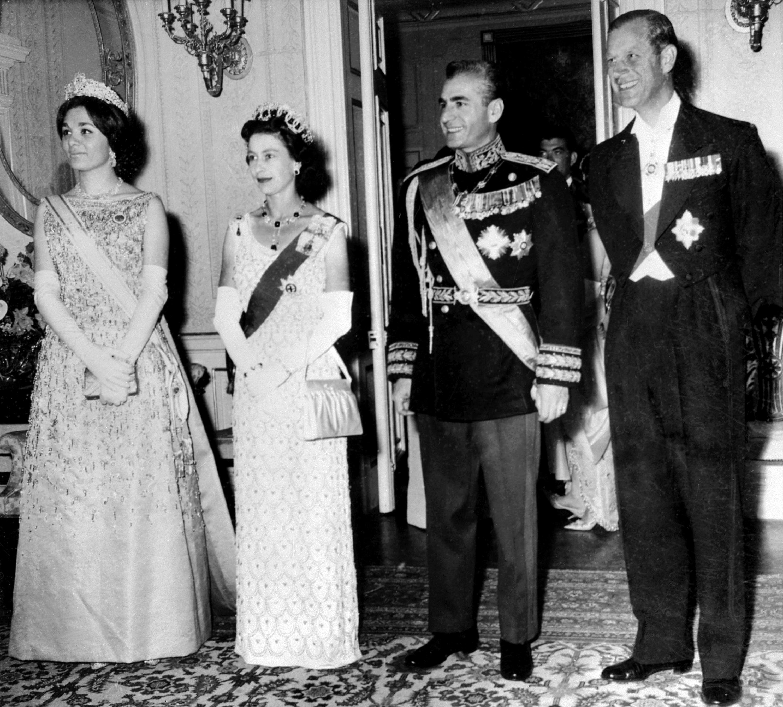 الملكة إليزابيث الثانية والأمير فيليب مع إيران شاه محمد رضا بهلوي وزوجته فرح ديبا. مارس 1961