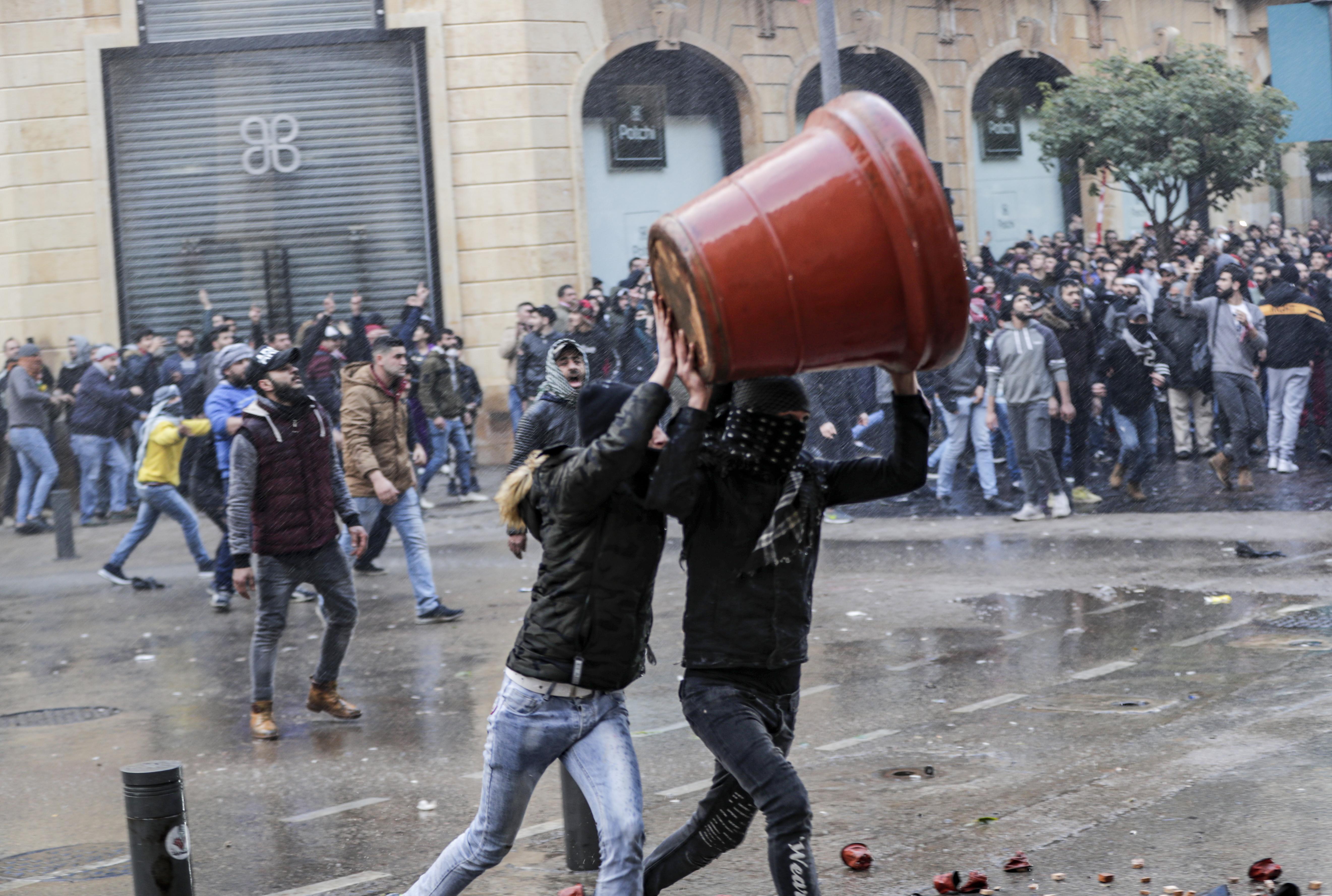 اشتباكات بين محتجين لبنانيين وقوى الأمن قرب البرلمان وسط بيروت