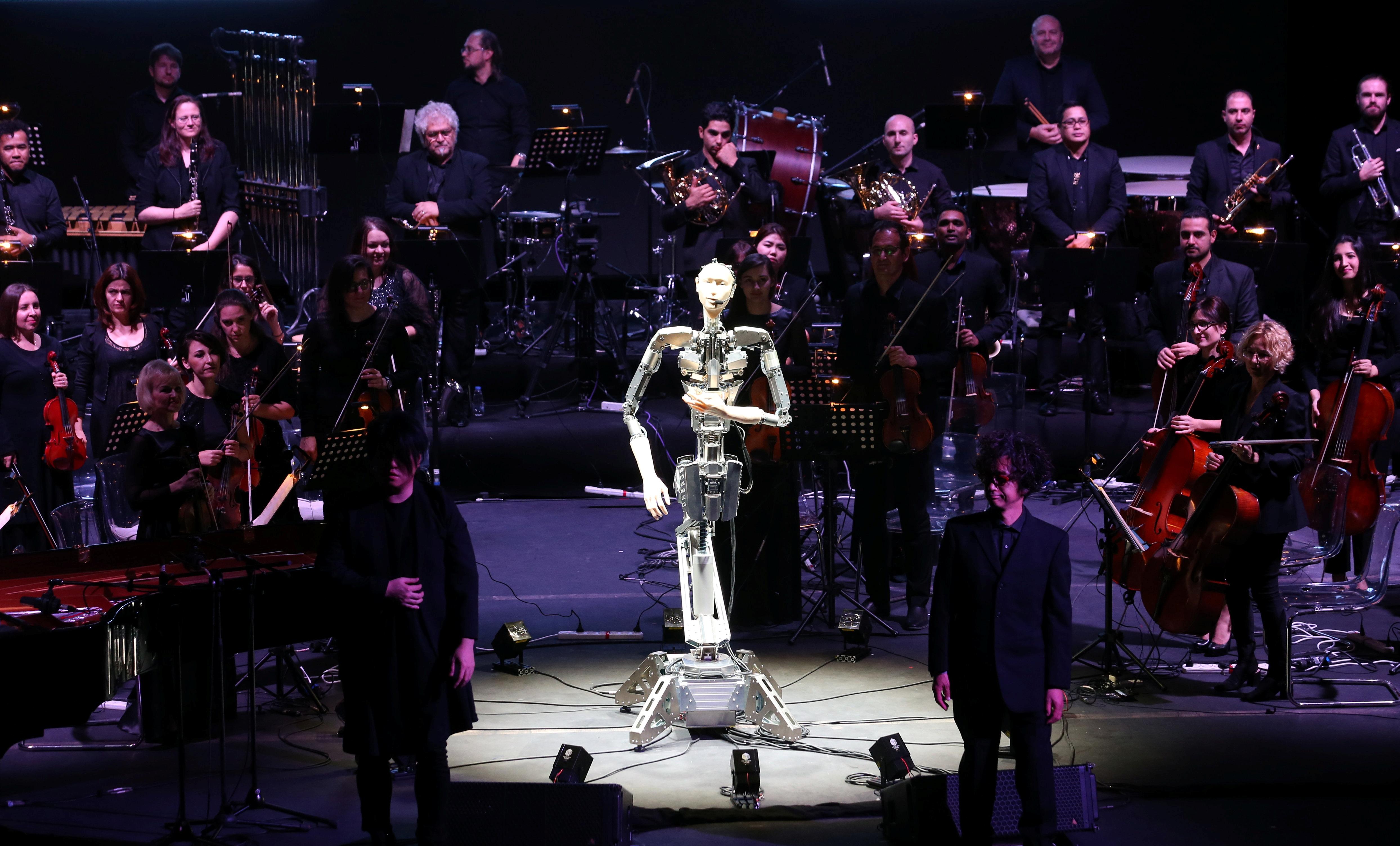 الروبوت المايسترو فيما يبدو تحية لجمهور الحفل الموسيقي