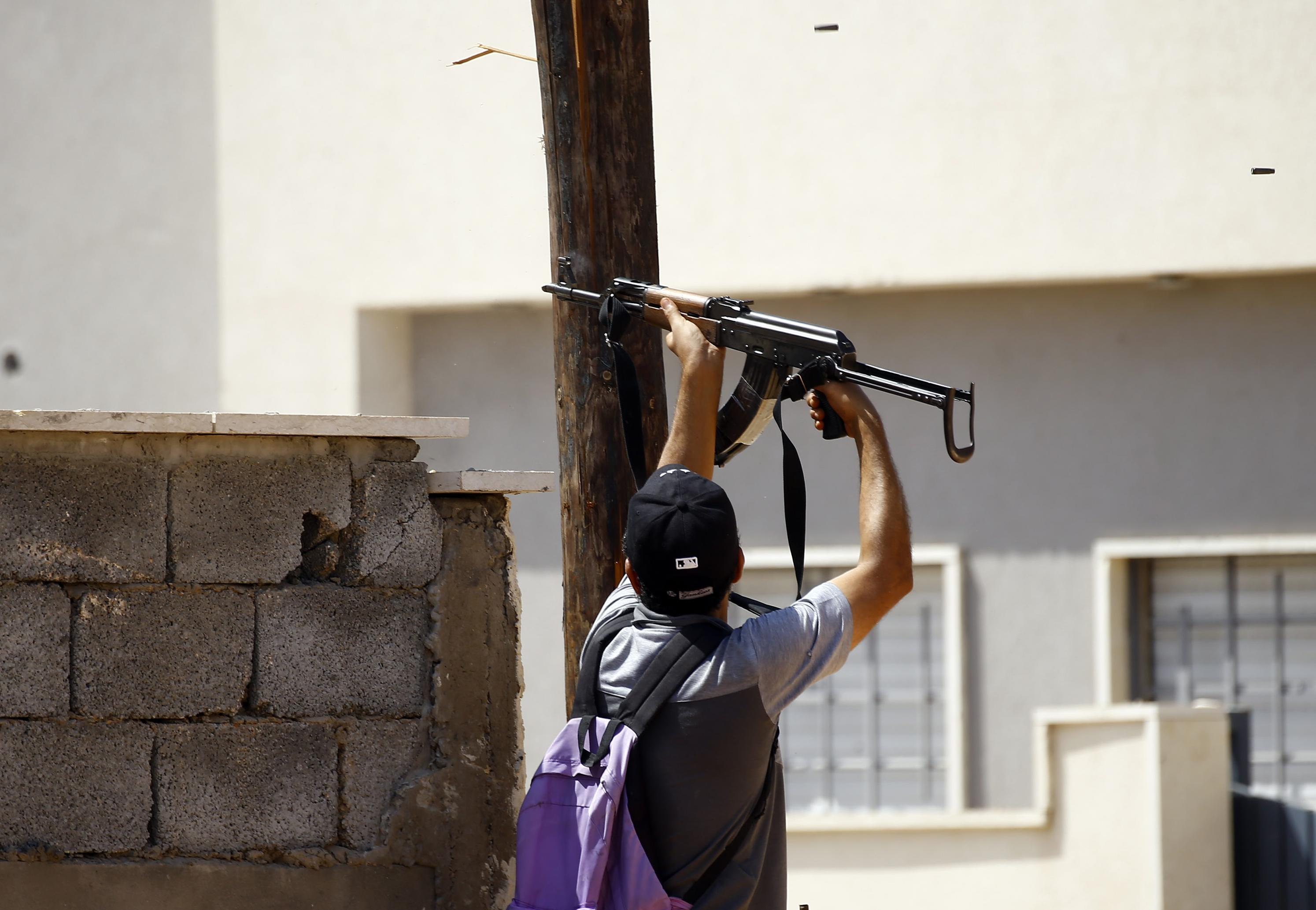 أحد مقاتلي القوات التابعة لحكومة الوفاق خلال اشتباكات سابقة جنوب طرابلس - أرشيف