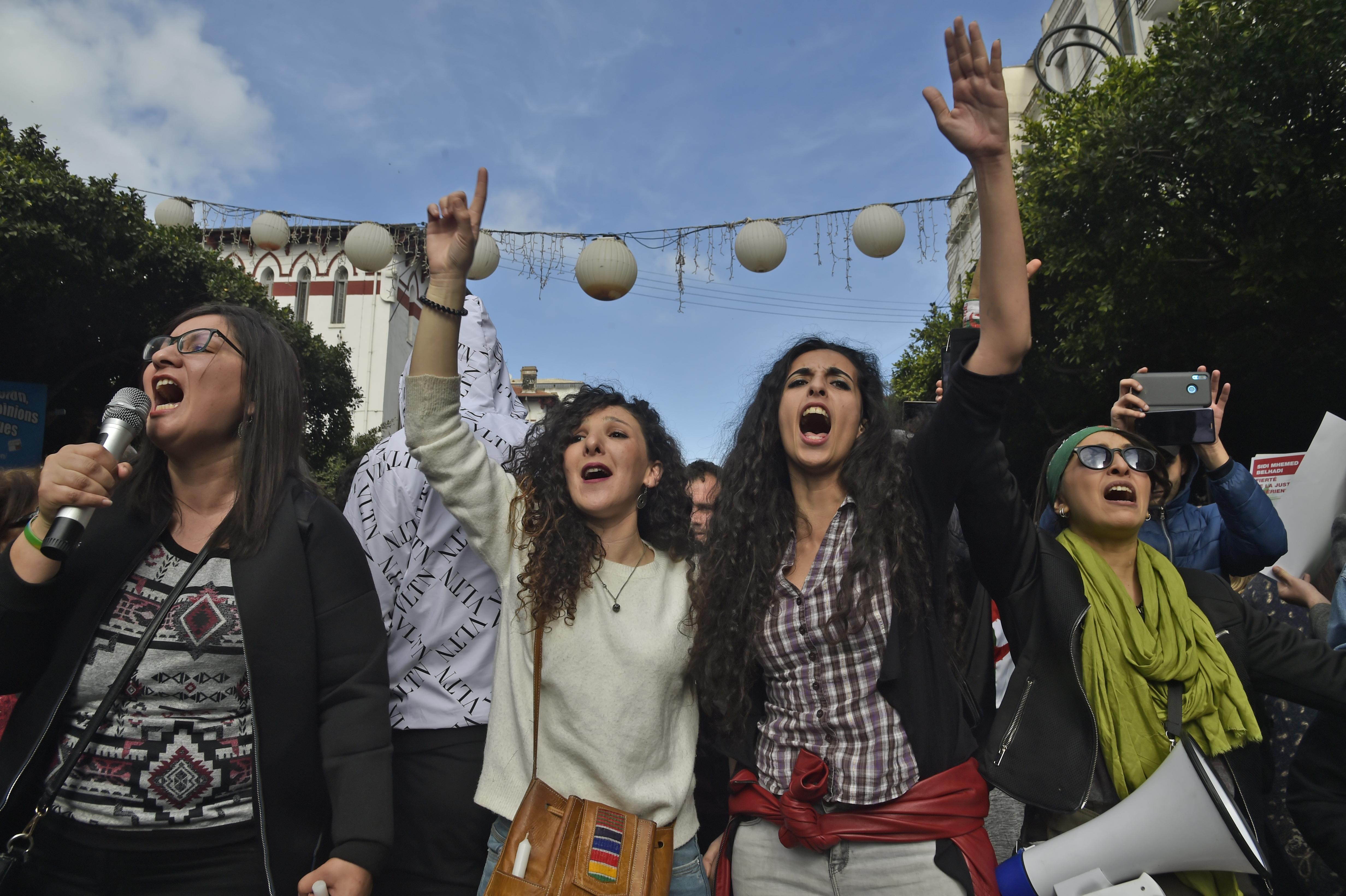 يملأ الجزائريون الشوارع كل ثلاثاء وجمعة من أجل التعبير عن رفضهم للنظام السياسي في البلاد والمطالبة بتغيير جذري