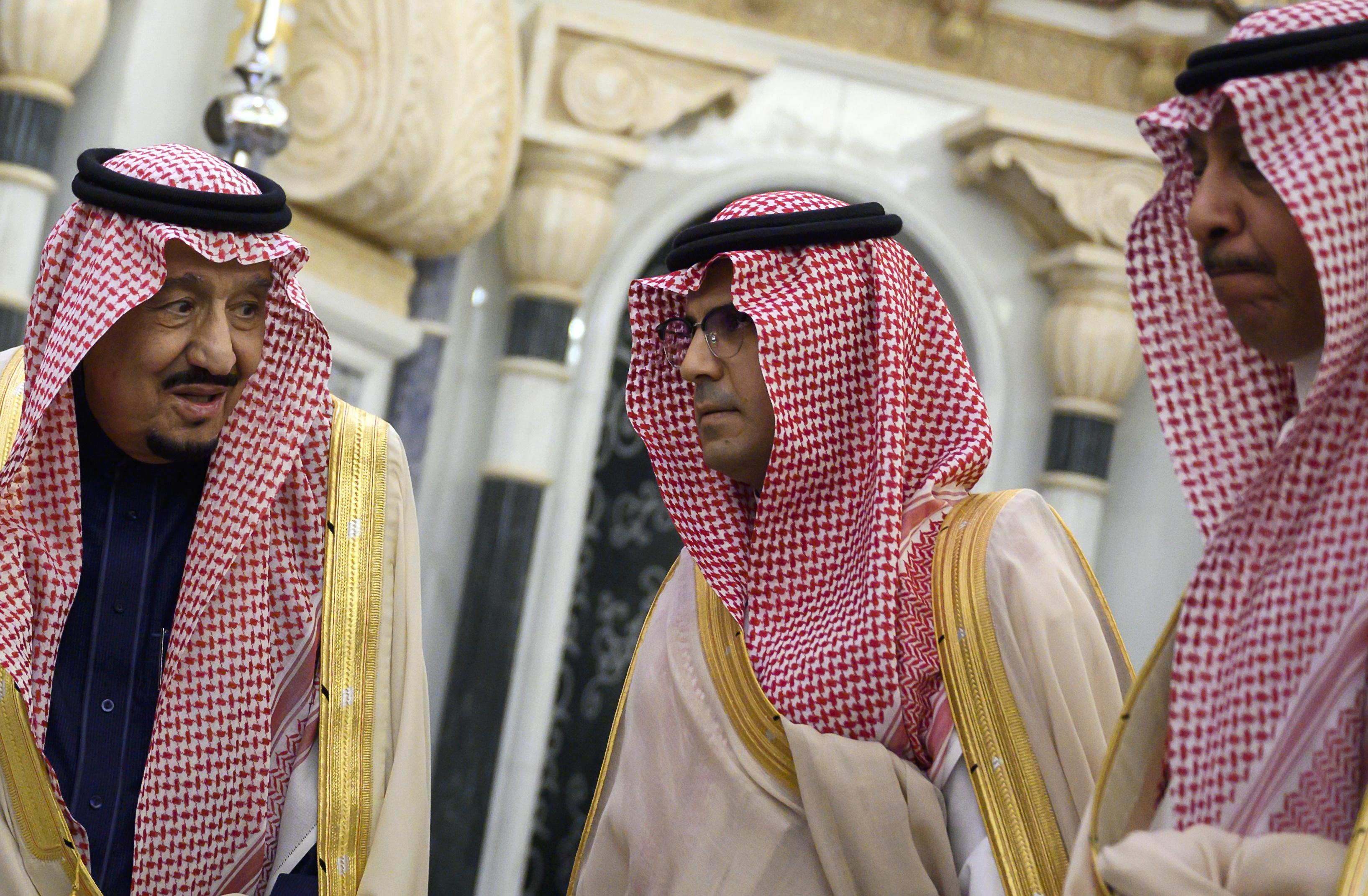 أفراد من العائلة الحاكمة في المملكة السعودية مع الملك سلمان بن عبد العزيز