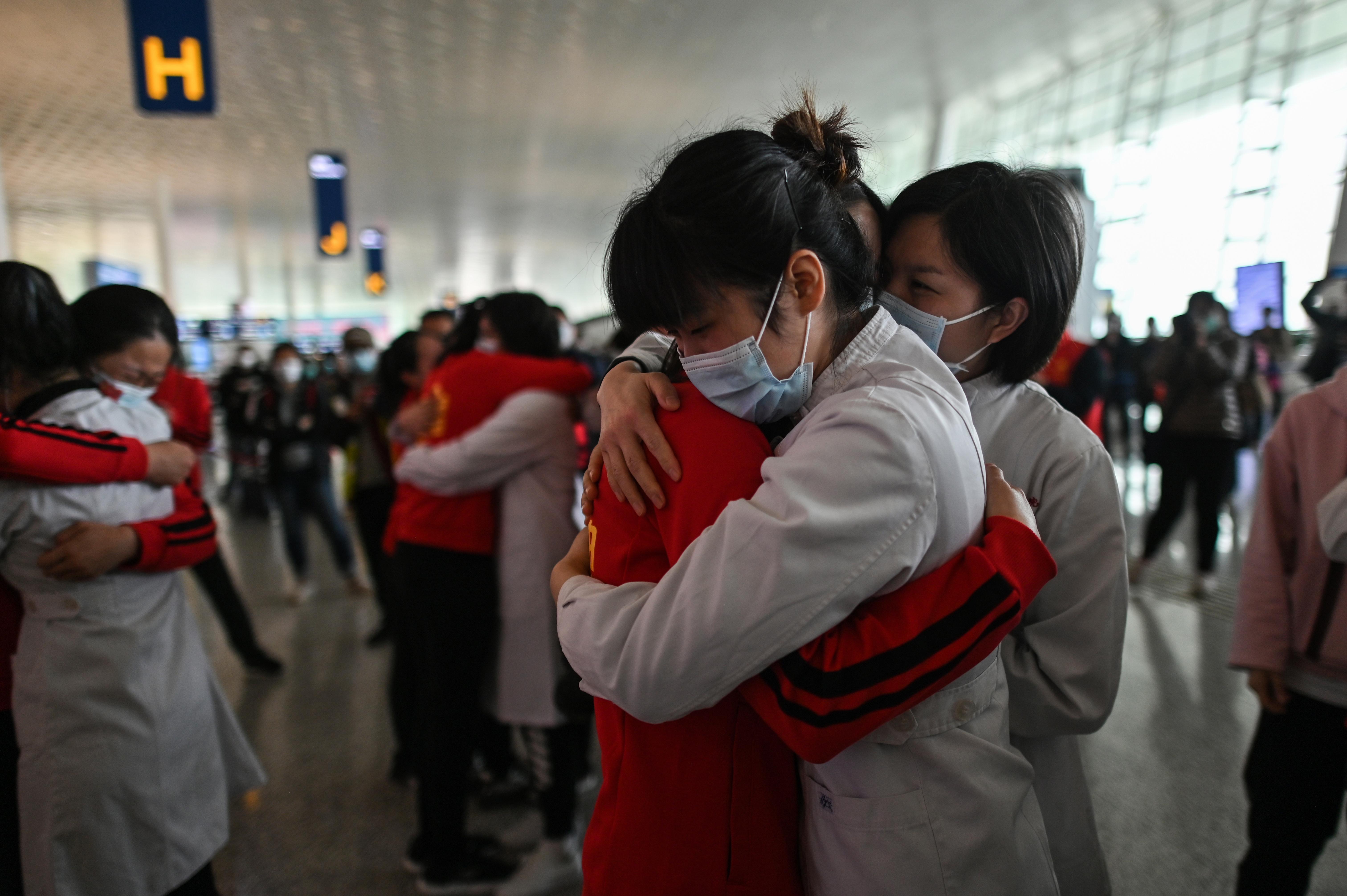 محطات القطارات عجت بالمسافرين الذين استطاعوا المغادرة بعد 76 يوما من العزل