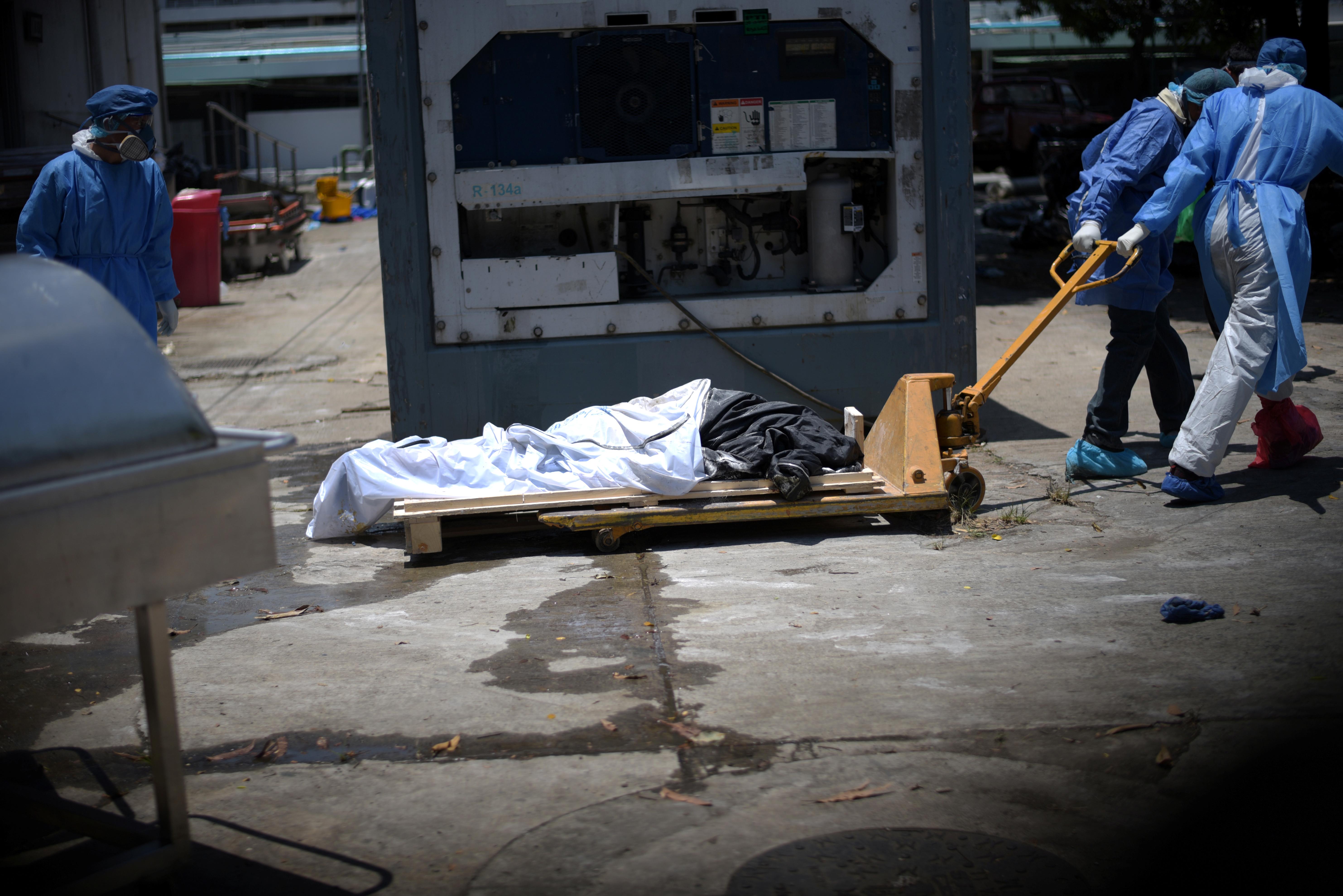 الإكوادور  تخز جثث ضحايا كورونا في حاويات بعد إمتلاء الثلاجات في المستشفيات