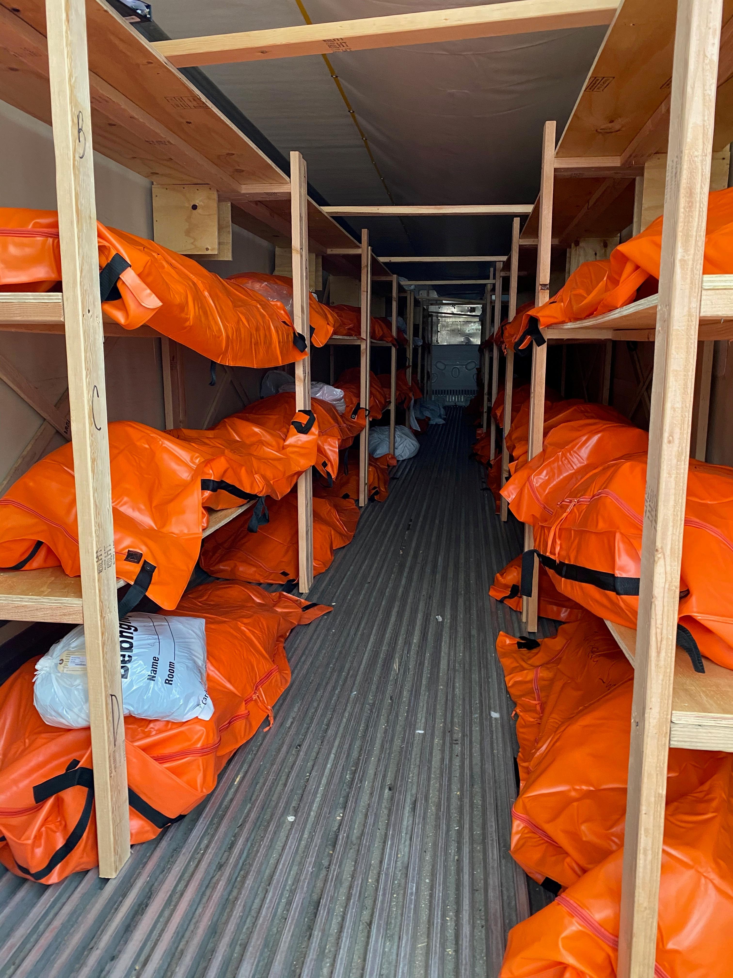 جثامين وفيات كورونا لحظة نقلهم داخل عربة تبريد