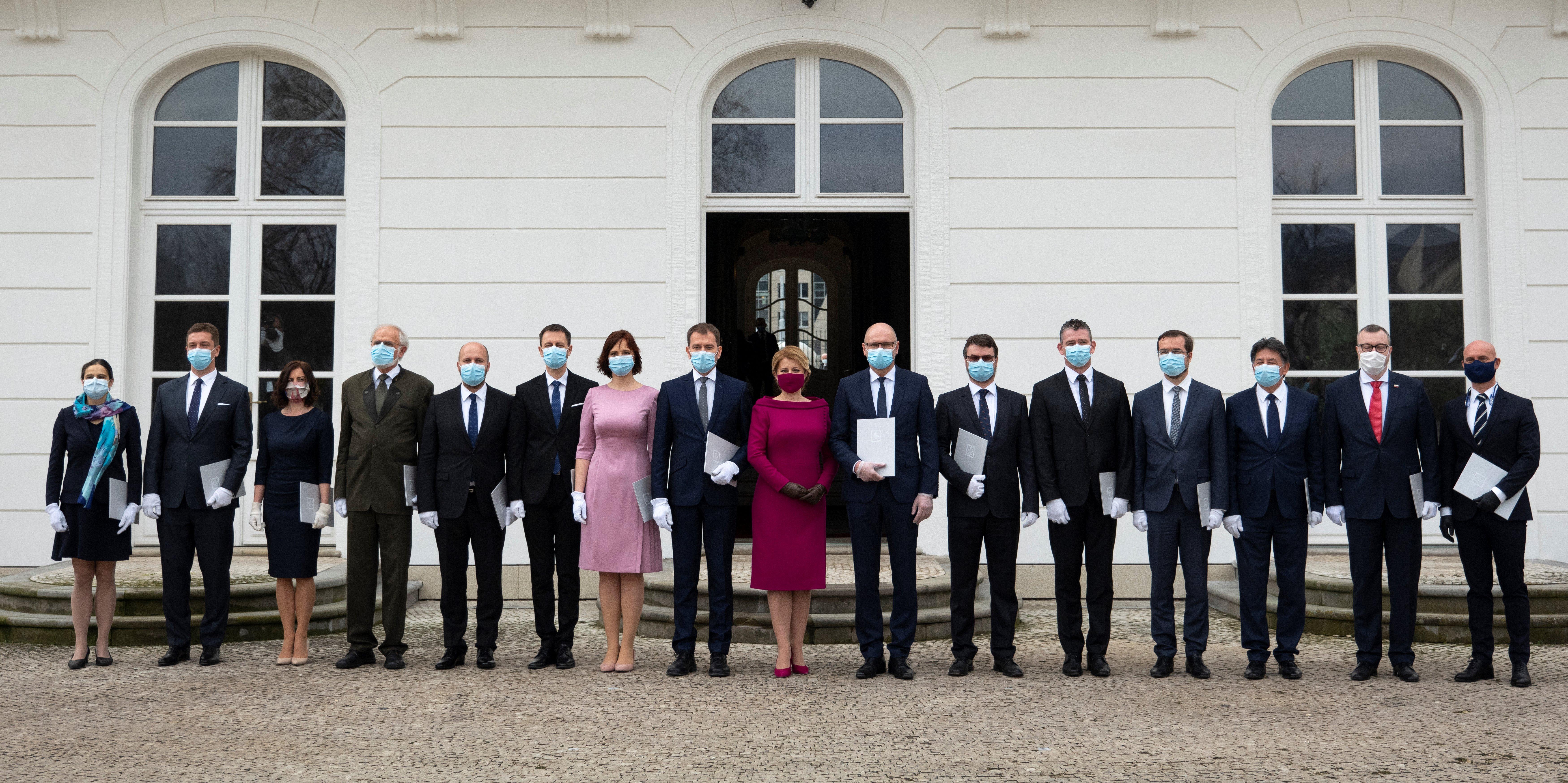 رئيسة سلوفاكيا زوزانا كابوتوا مع حكومتها الجديدة في مارس بقناع وردي مثل لون ثوبها