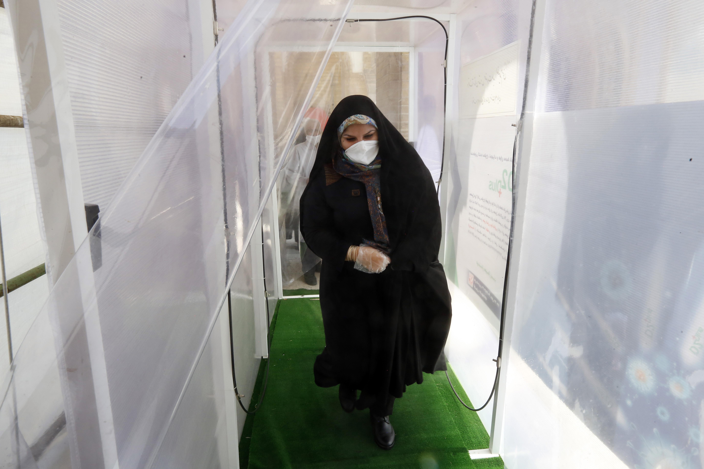 في ضريح عبد العظيم في طهران، اضطر الزائرون إلى السير عبر نفق للتطهير.