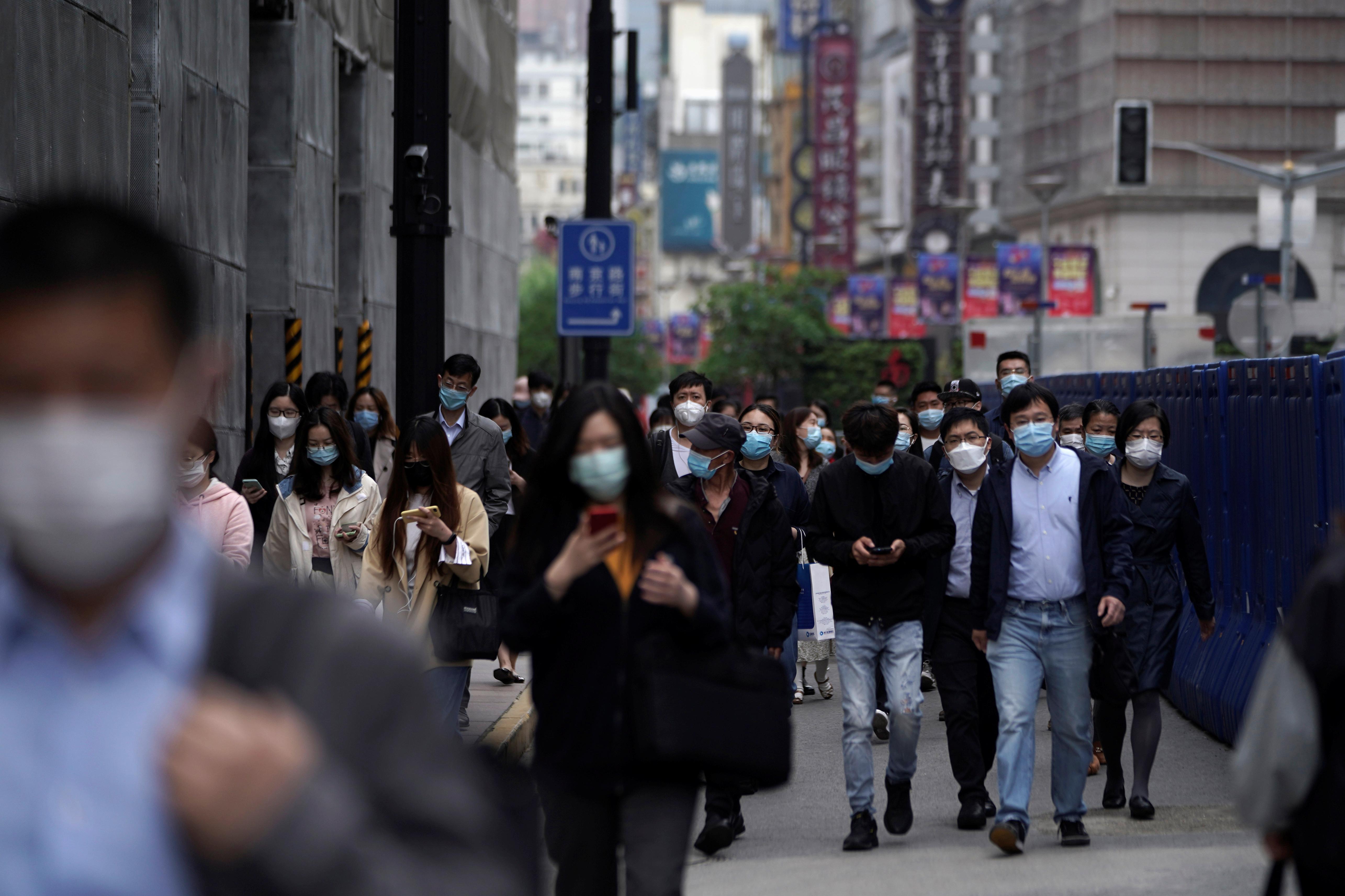 الصينيون يرتدون الكمامات بكثافة